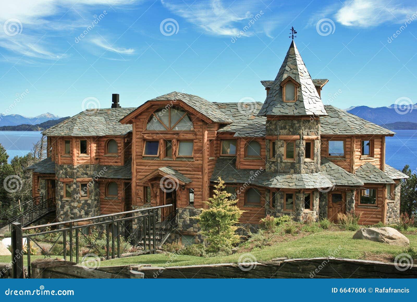 Casa lussuosa dal lago immagine stock libera da diritti for Casa lussuosa