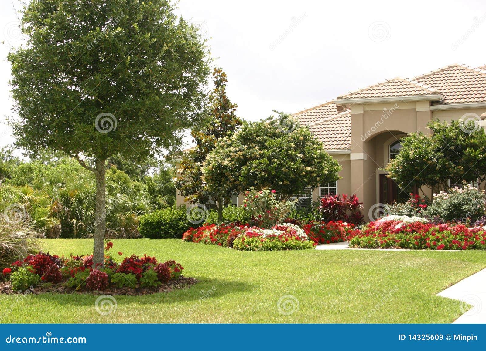 Casa luxuoso e jardim imagens de stock royalty free for Exterior de casas