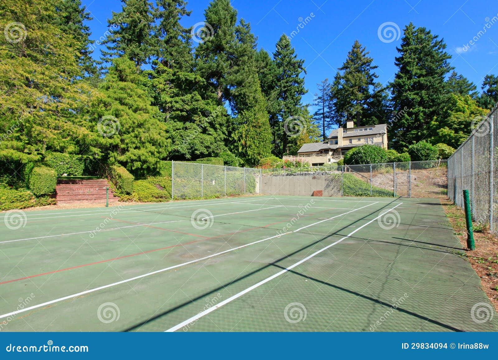 Casa marrom do wuth do campo de ténis grande exterior com jardim do verão.