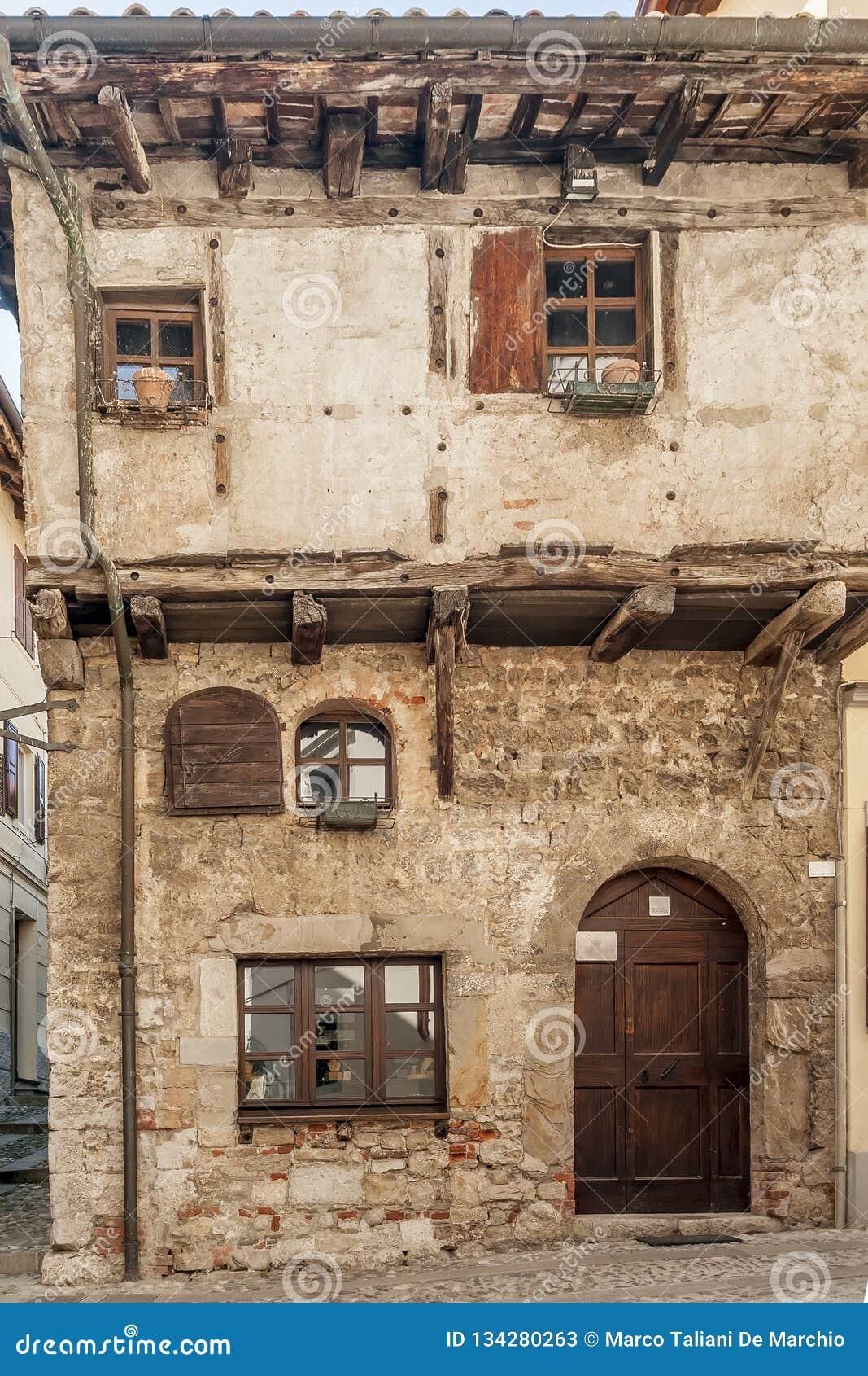 Casa medieval típica de Itália do norte em Cividale del Friuli, Udine, Friuli Venezia Giulia, Itália