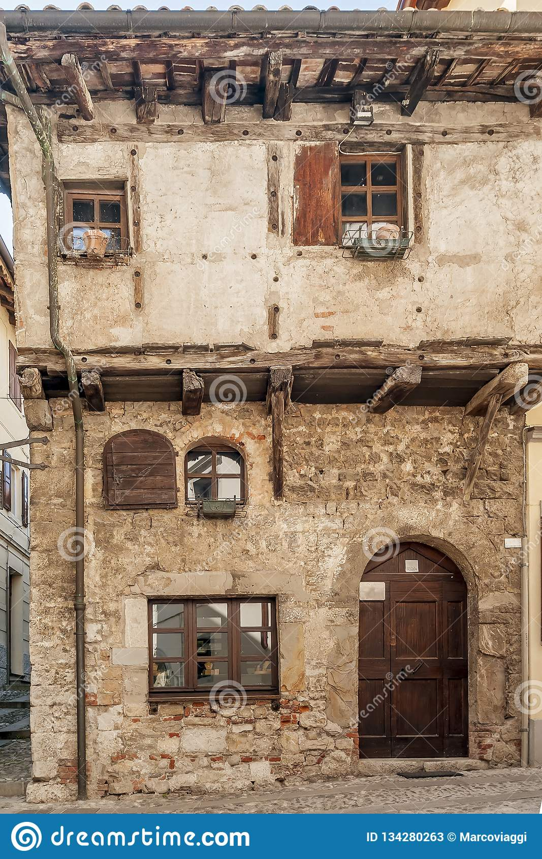 Casa medieval típica de Italia septentrional en Cividale del Friuli, Udine, Friuli Venezia Julia, Italia