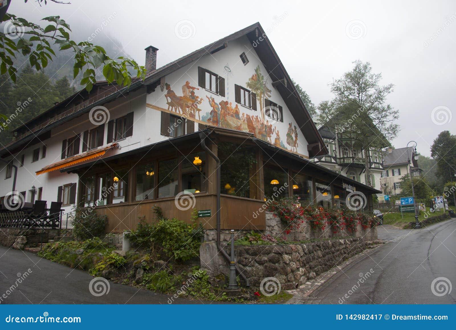 Casa misteriosa nas montanhas perto de Alpes