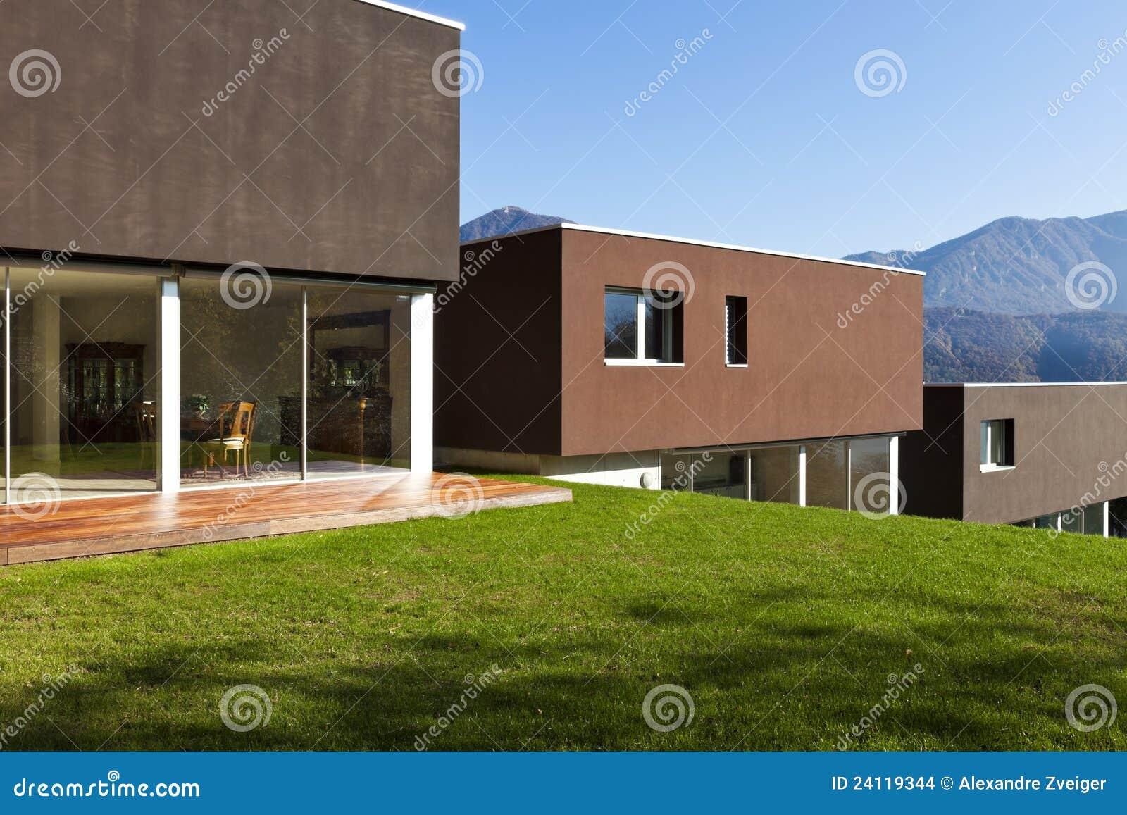 Casa moderna con el jard n foto de archivo imagen de for Casa moderna jardines