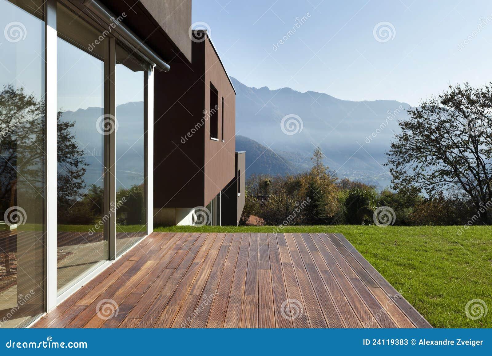 Casa moderna con el jardín