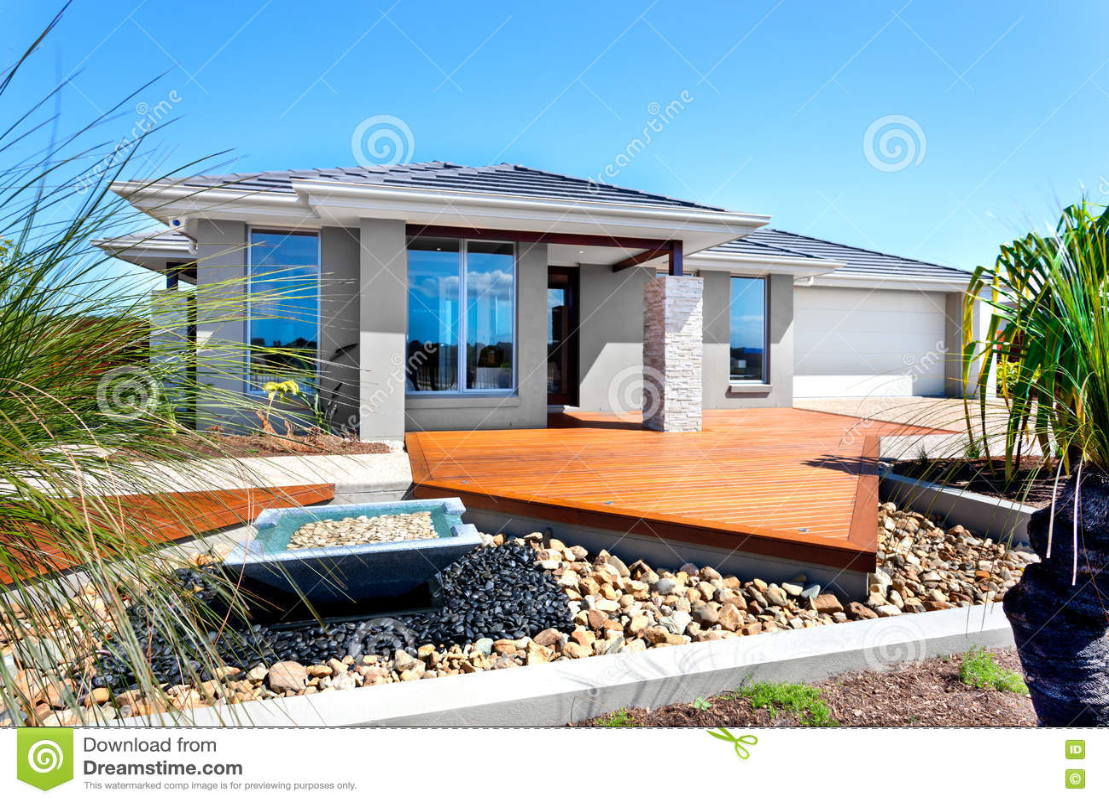 Casa moderna con gli alberi e gli elementi di pietra della for Decorazione entrata casa