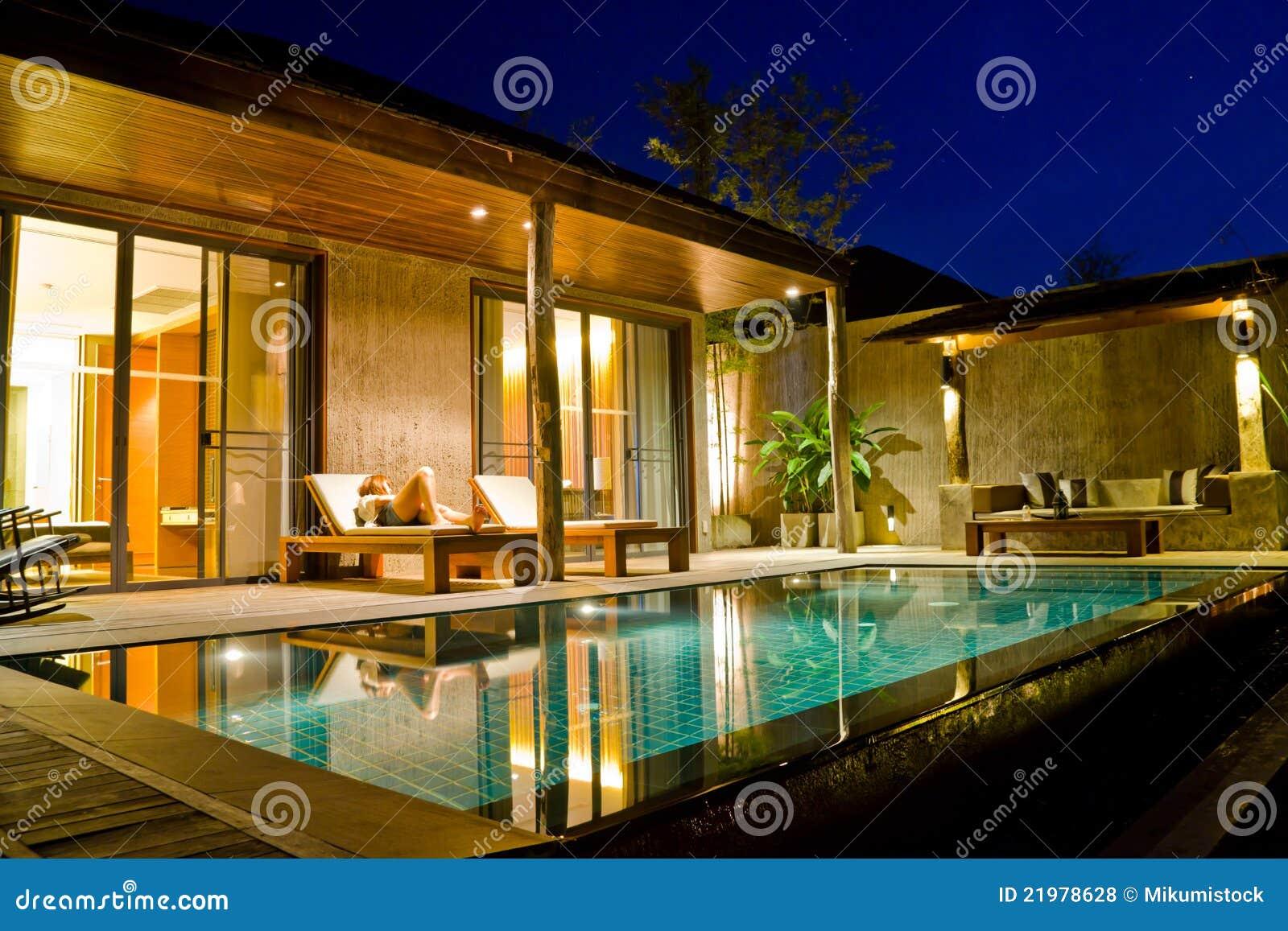 Casa moderna con la piscina fotos de archivo libres de for Casa moderna con piscina