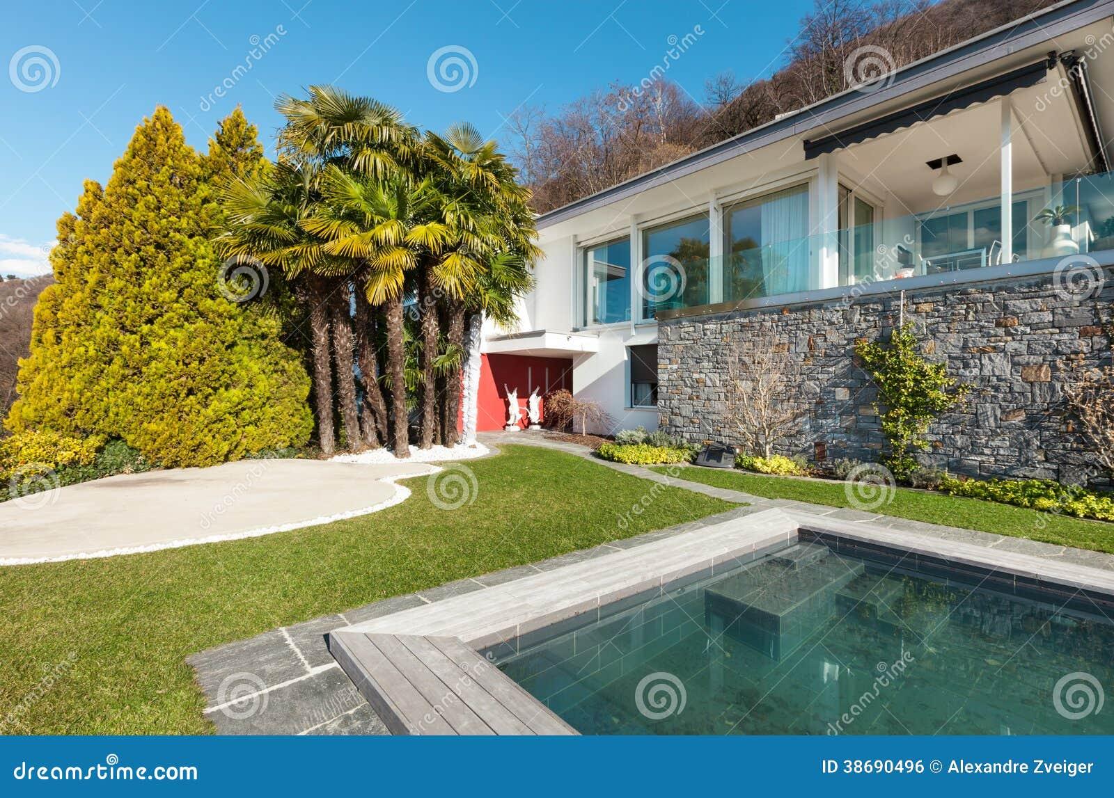 Casa moderna con la piscina fotografia stock immagine di for Casa moderna blanca con piscina