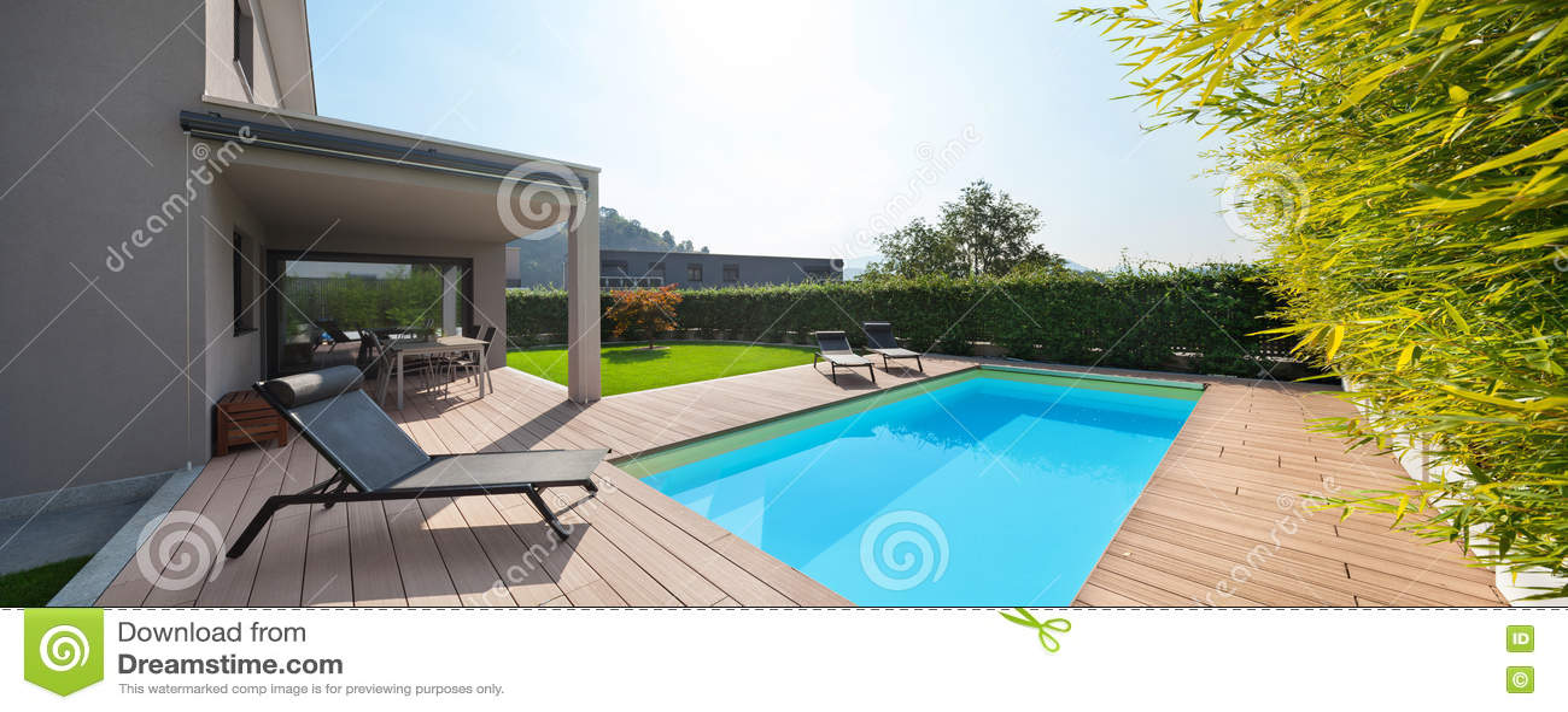 Casa moderna con la piscina