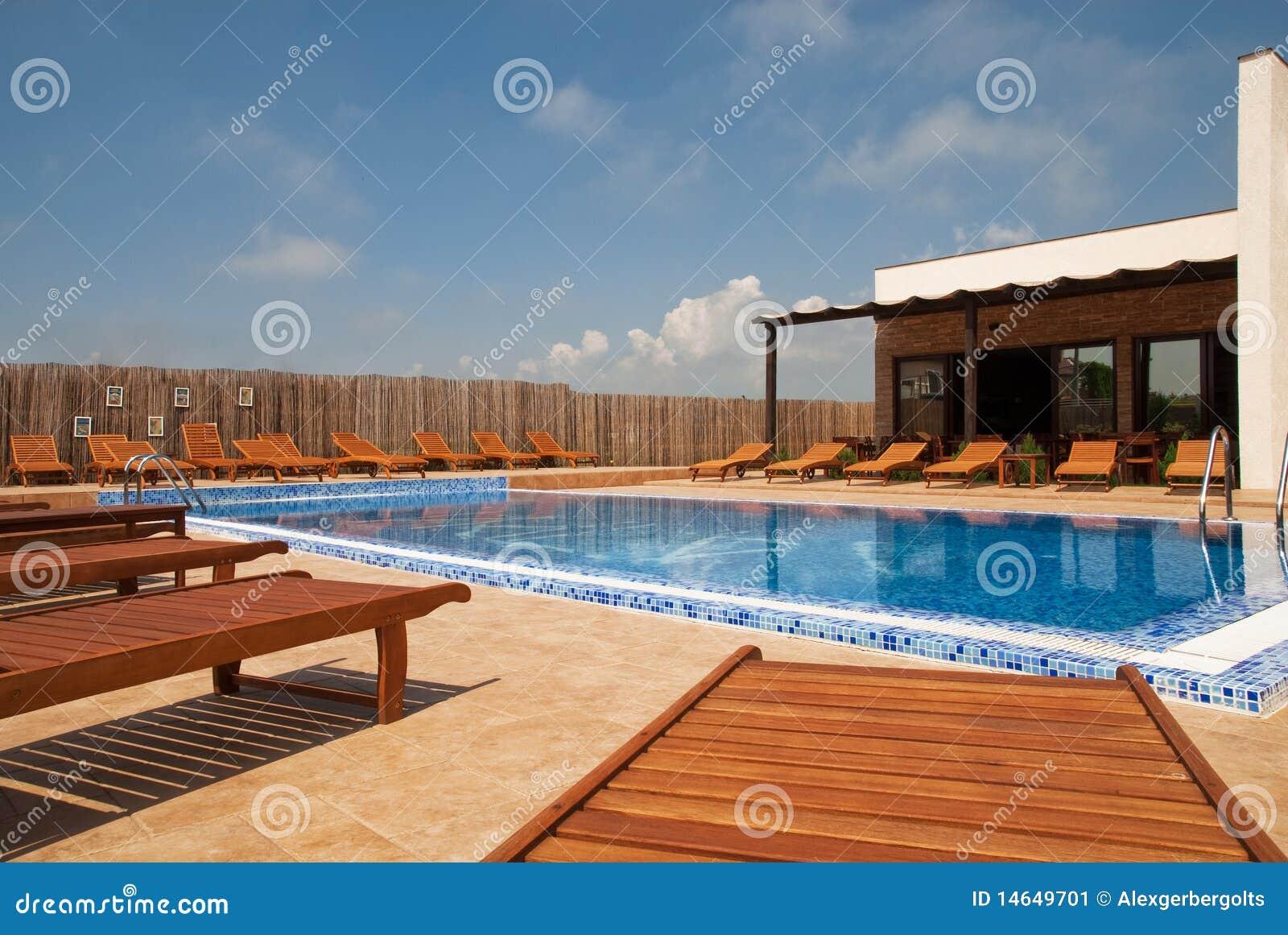 Casa moderna con la piscina concep de la forma de vida - Piscina in casa ...
