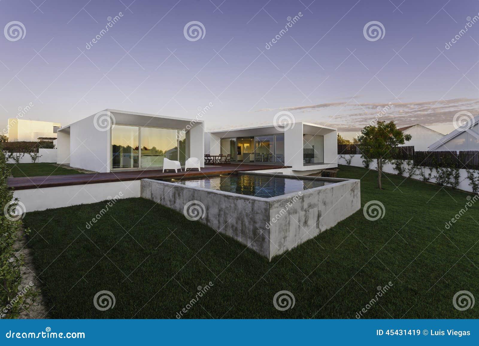 Casa moderna con la piscina del giardino e la piattaforma for Casa moderna legno