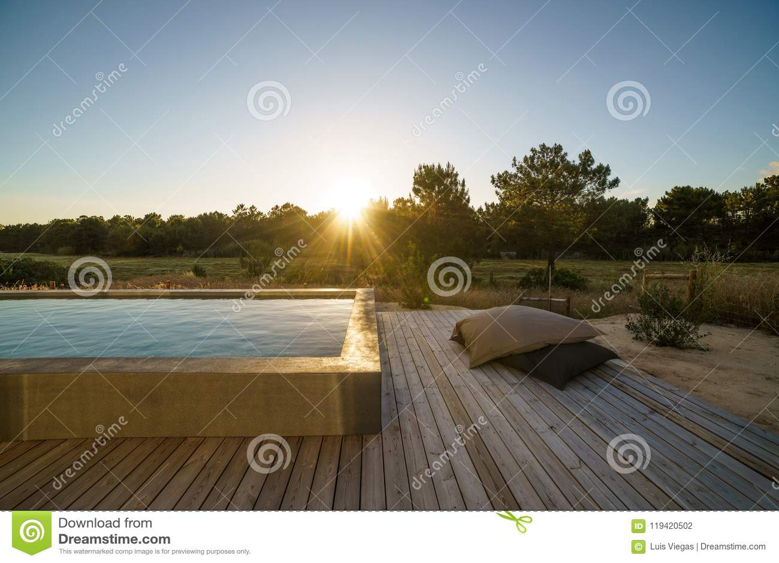 Casa moderna con la piscina del giardino e la piattaforma di legno