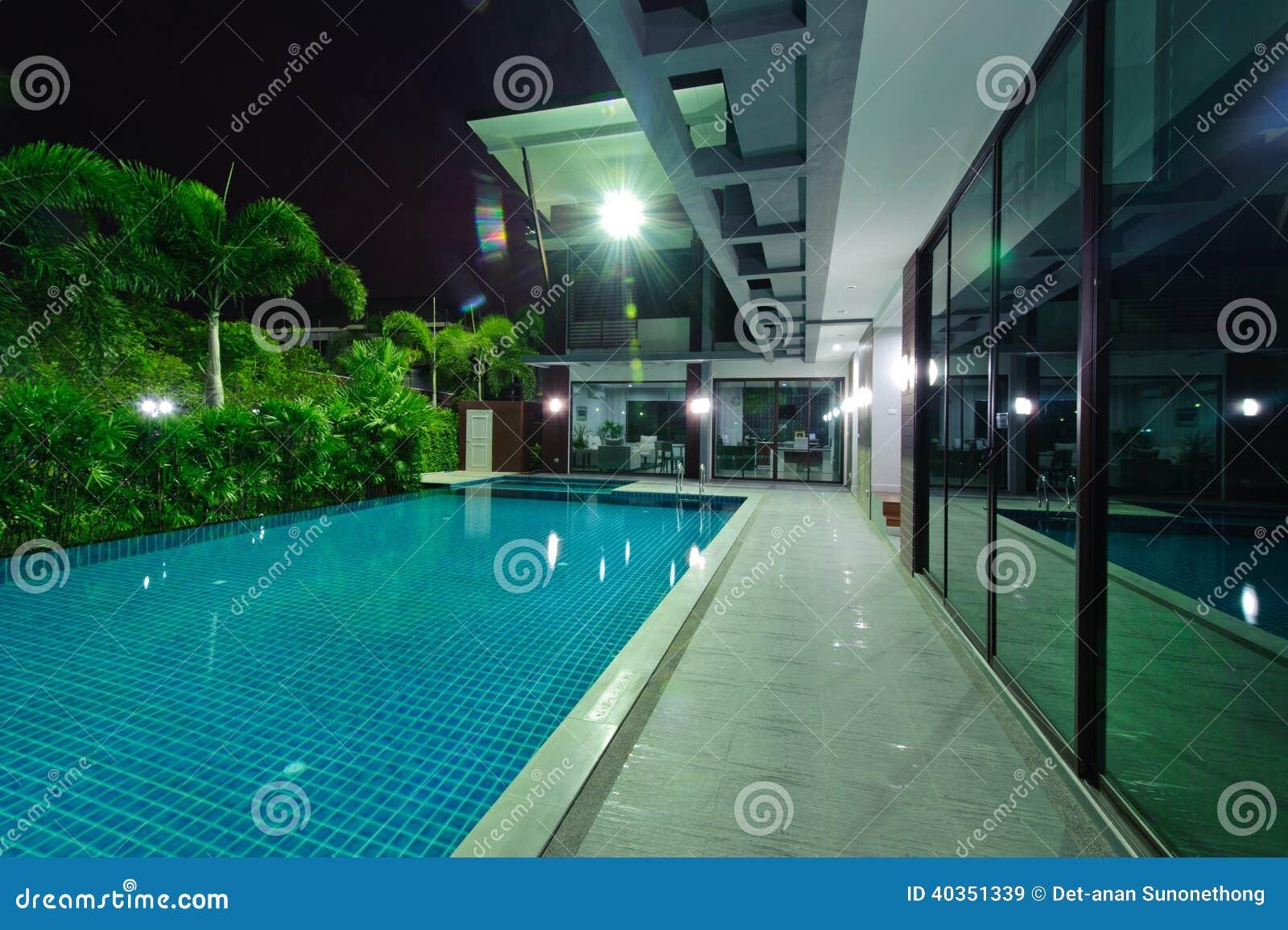 Casa moderna con la piscina en la noche foto de archivo imagen 40351339 - Business plan piscina ...