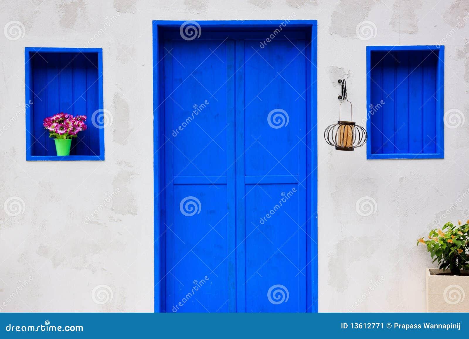 Casa moderna con la puerta y la ventana azules coloridas - Colores azules para paredes ...