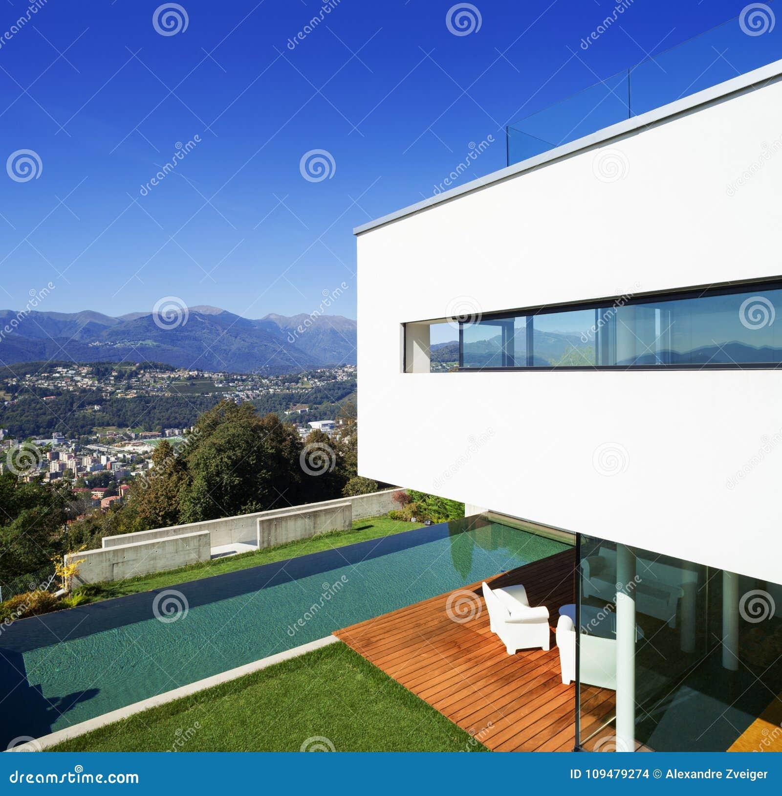 Casa moderna, con lo stagno