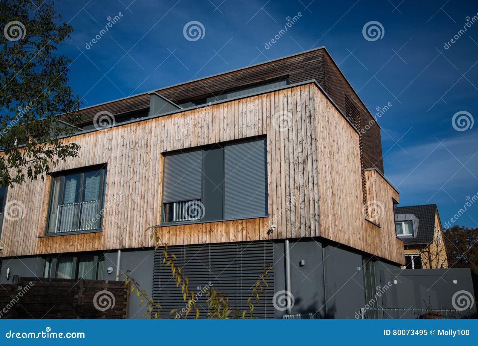 Rivestimento Casa In Legno : Casa moderna con rivestimento di legno facciata di legno