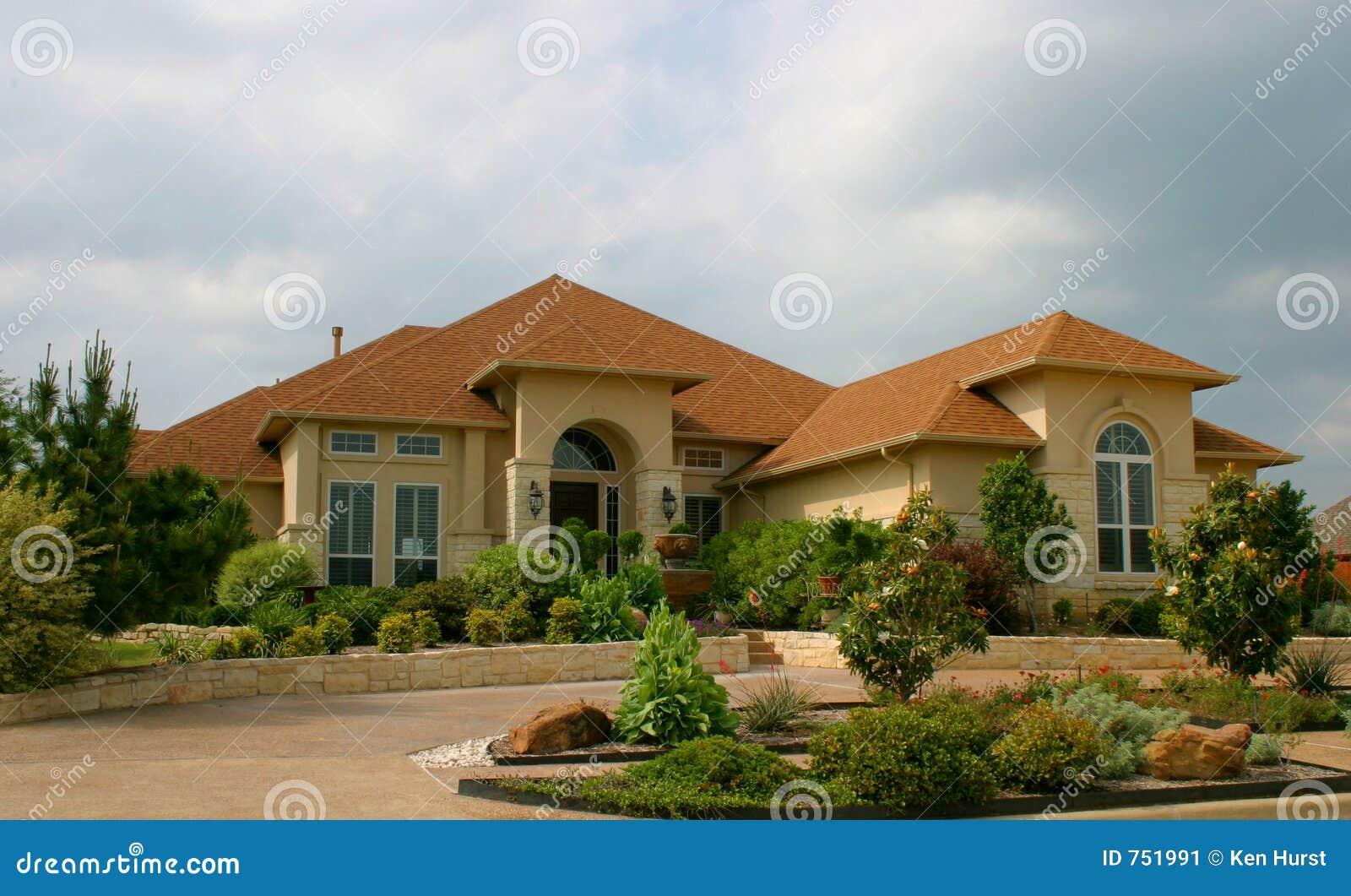 Casa moderna del ladrillo y del estuco