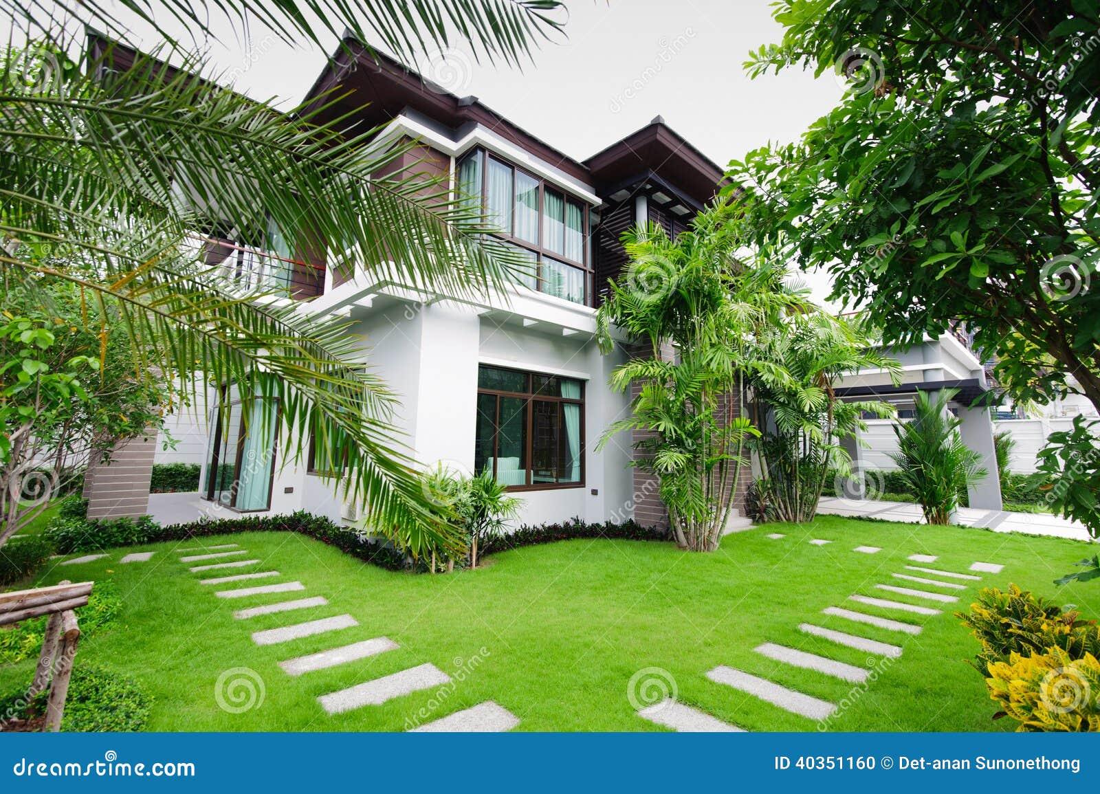 Casa moderna en el jardín