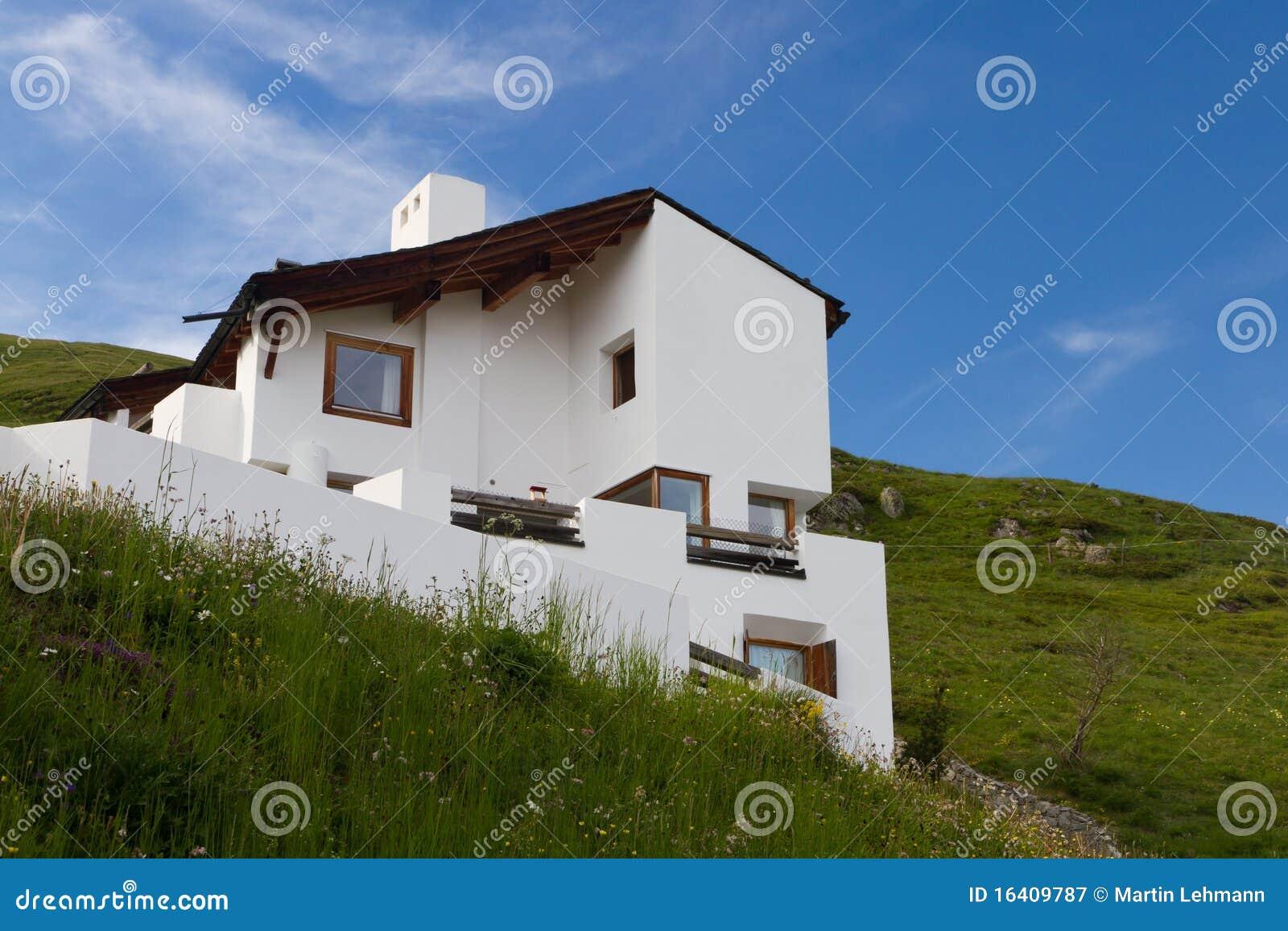 Casa moderna en las monta as fotograf a de archivo libre for Casa moderna vector