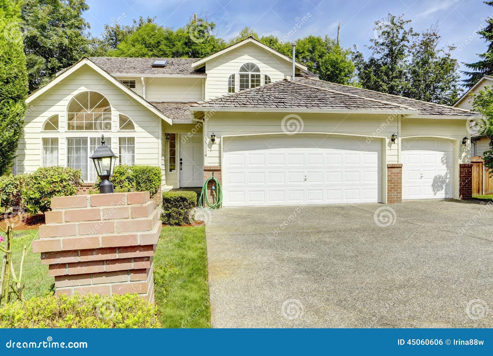 Casa moderna exterior com garagem foto de stock imagem for Casa moderna exterior