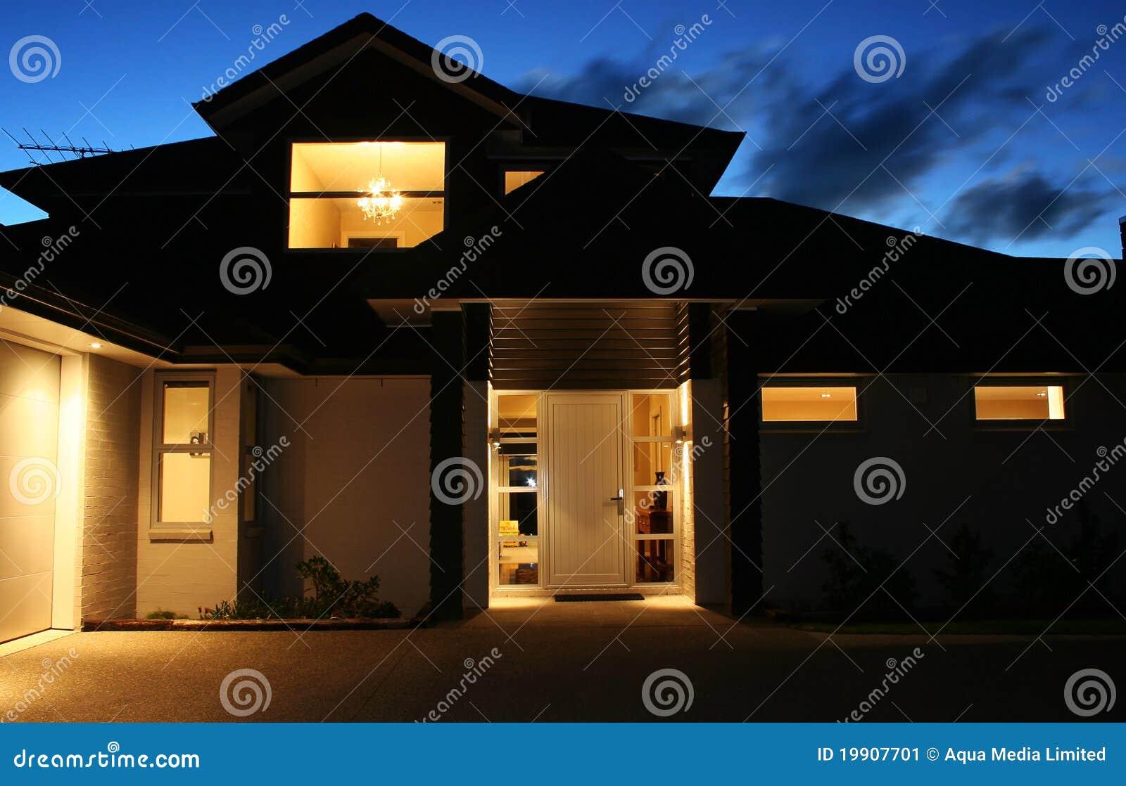 Casa moderna exterior na noite 2 imagem de stock imagem for Casa moderna exterior