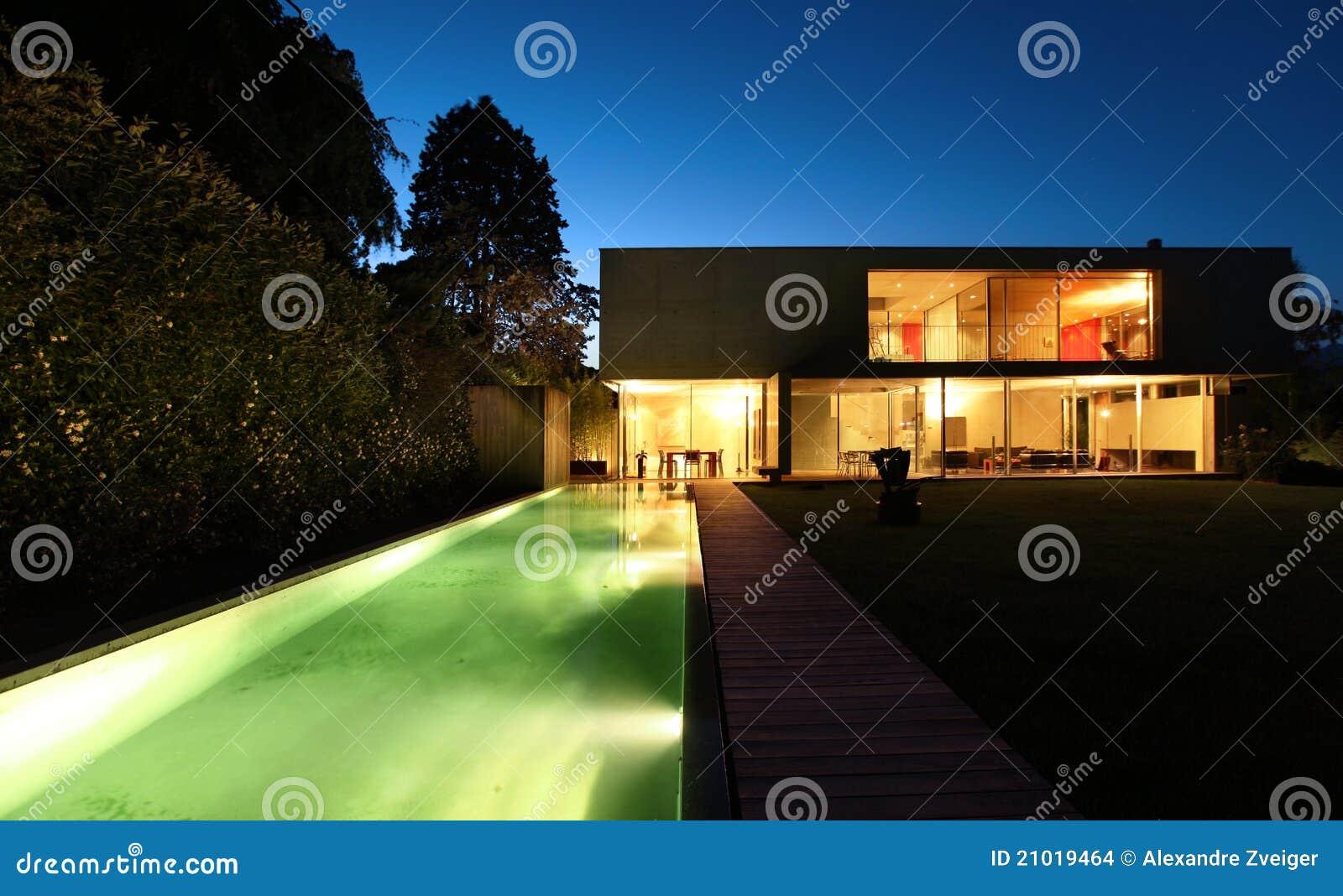 Casa moderna hermosa al aire libre en la noche
