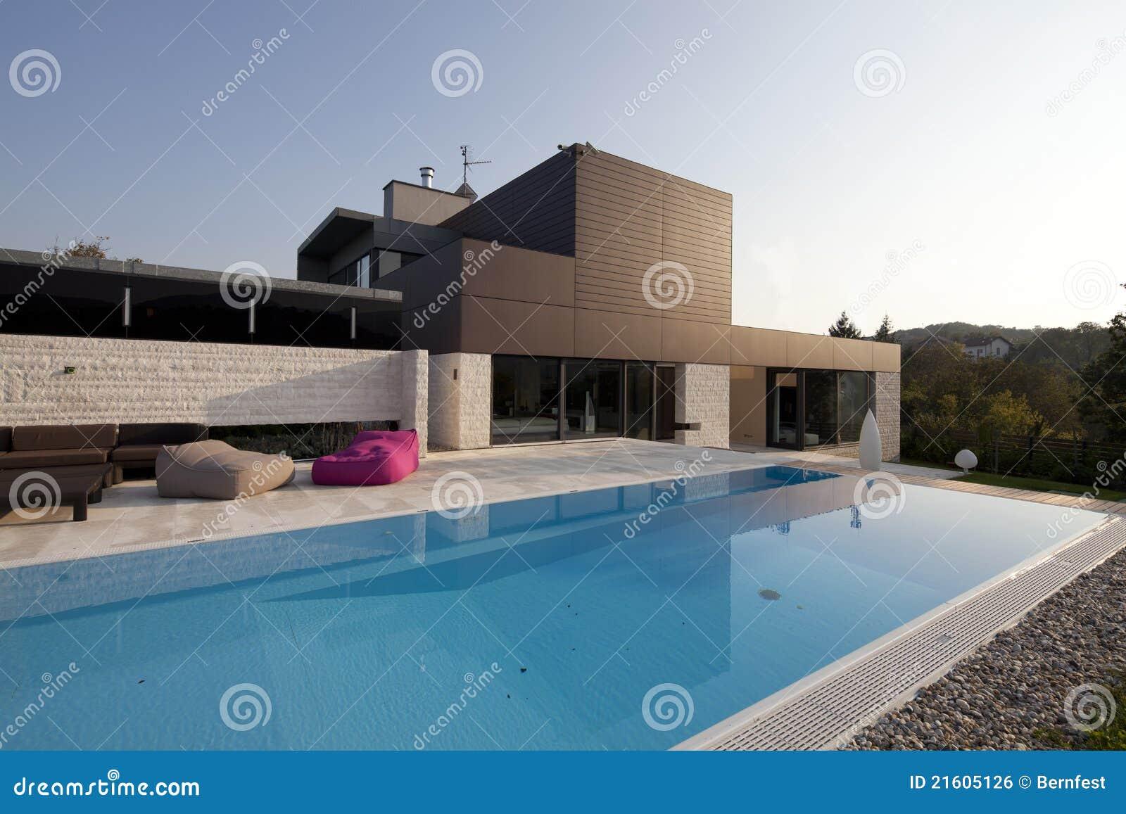 Casa Moderna Hermosa Con La Piscina Imagen De Archivo