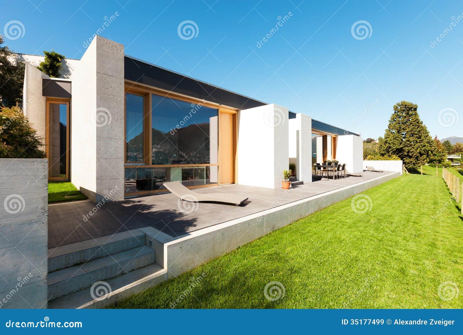 Casa moderna hermosa en el cemento im genes de archivo for Moderna casa di cemento