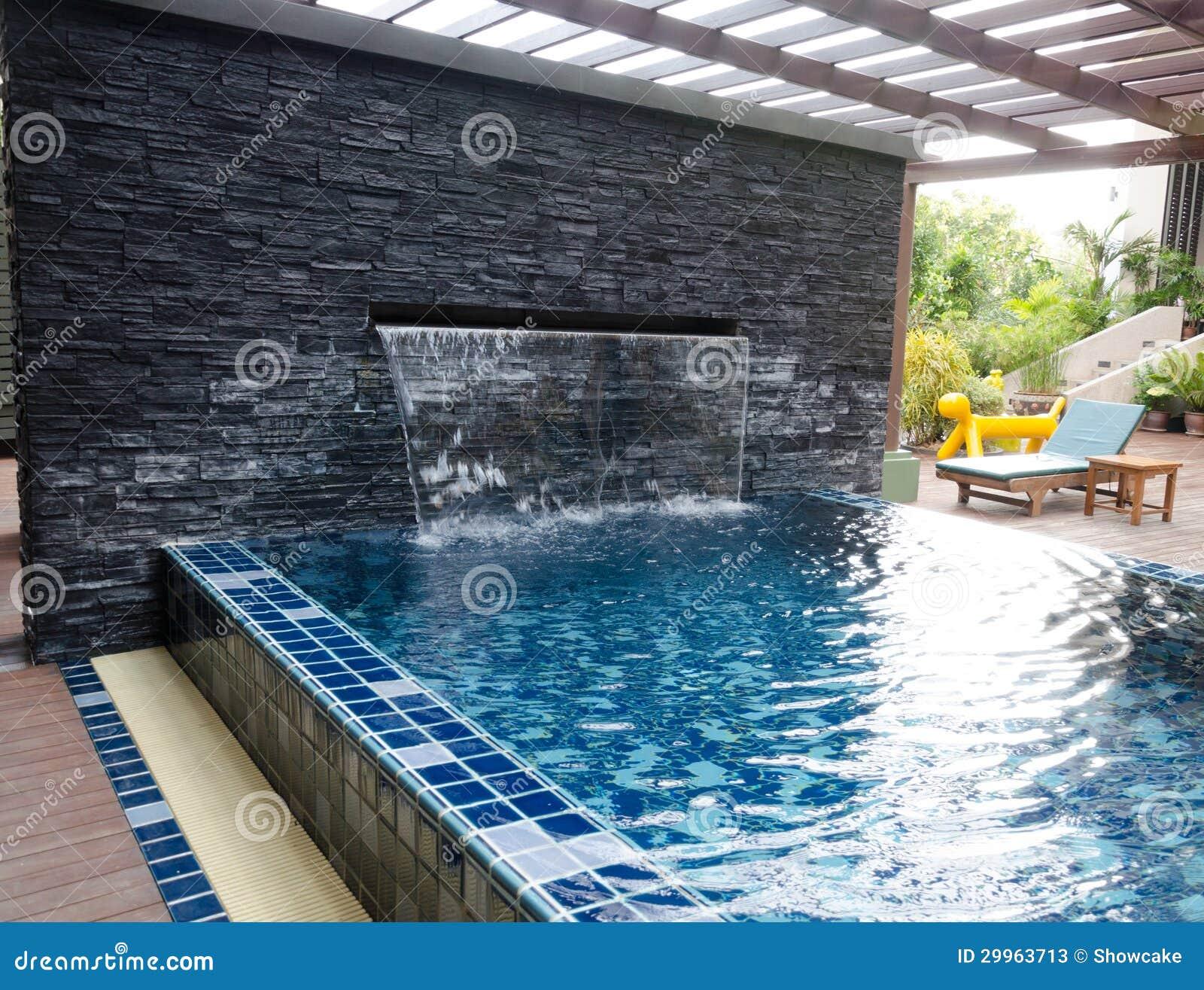 Casa con la piscina y el patio trasero imagen de archivo for Patios de casas modernas con piscina