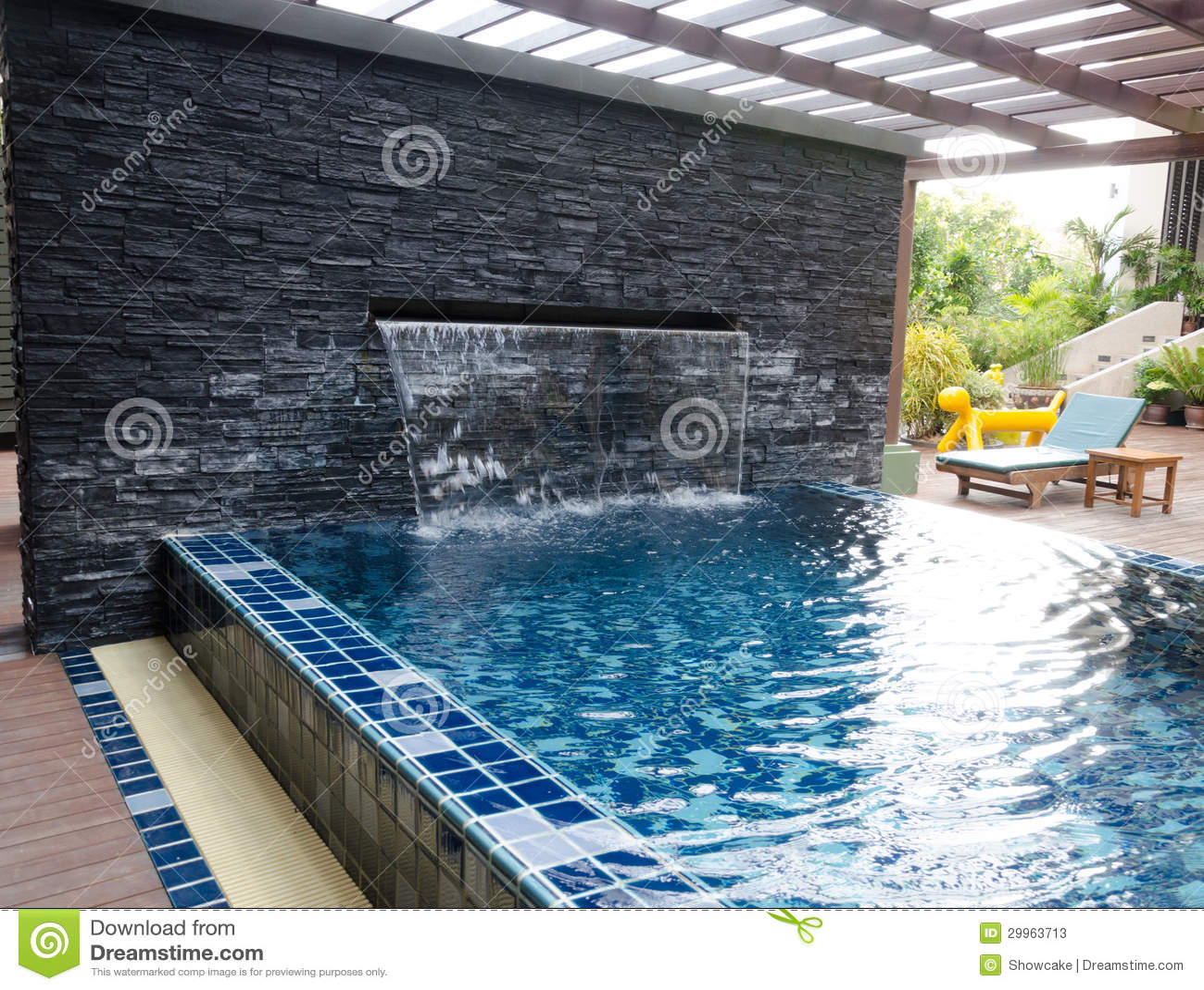 Casa com piscina e quintal fotos de stock imagem 29963713 for Casa moderna