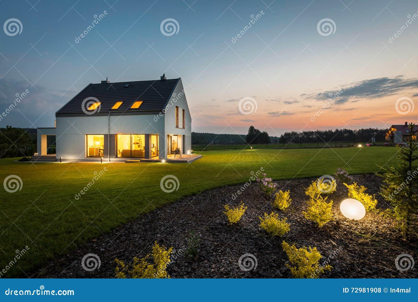 Casa moderna na noite