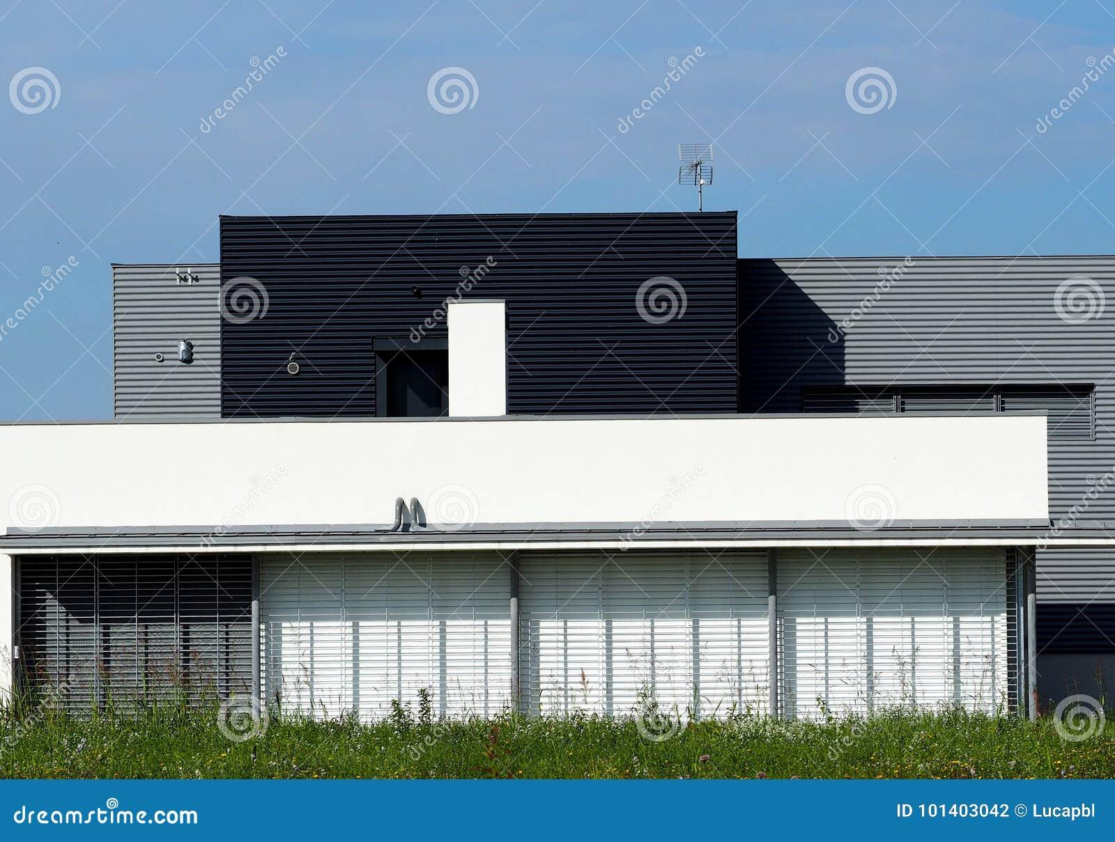 Casa moderna nello stile minimalista fotografia stock for Stile casa moderna