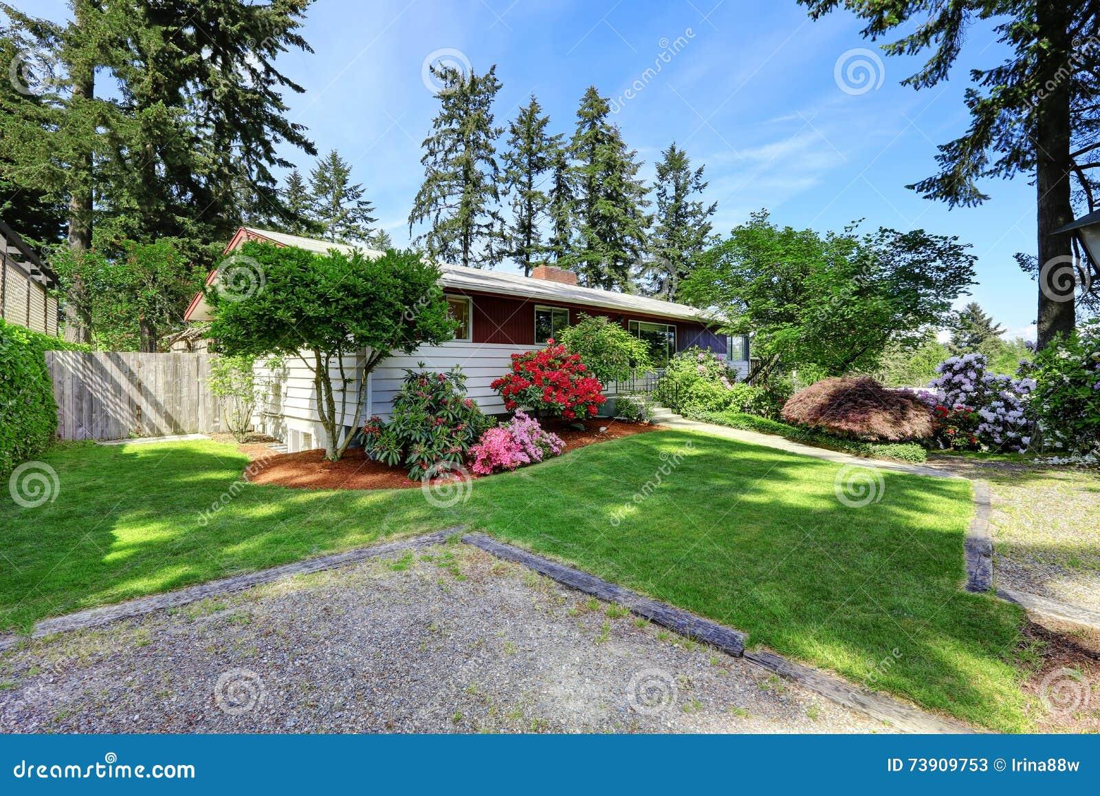 Casa moderna rossa e bianca esteriore con la strada for Casa moderna bianca esterno
