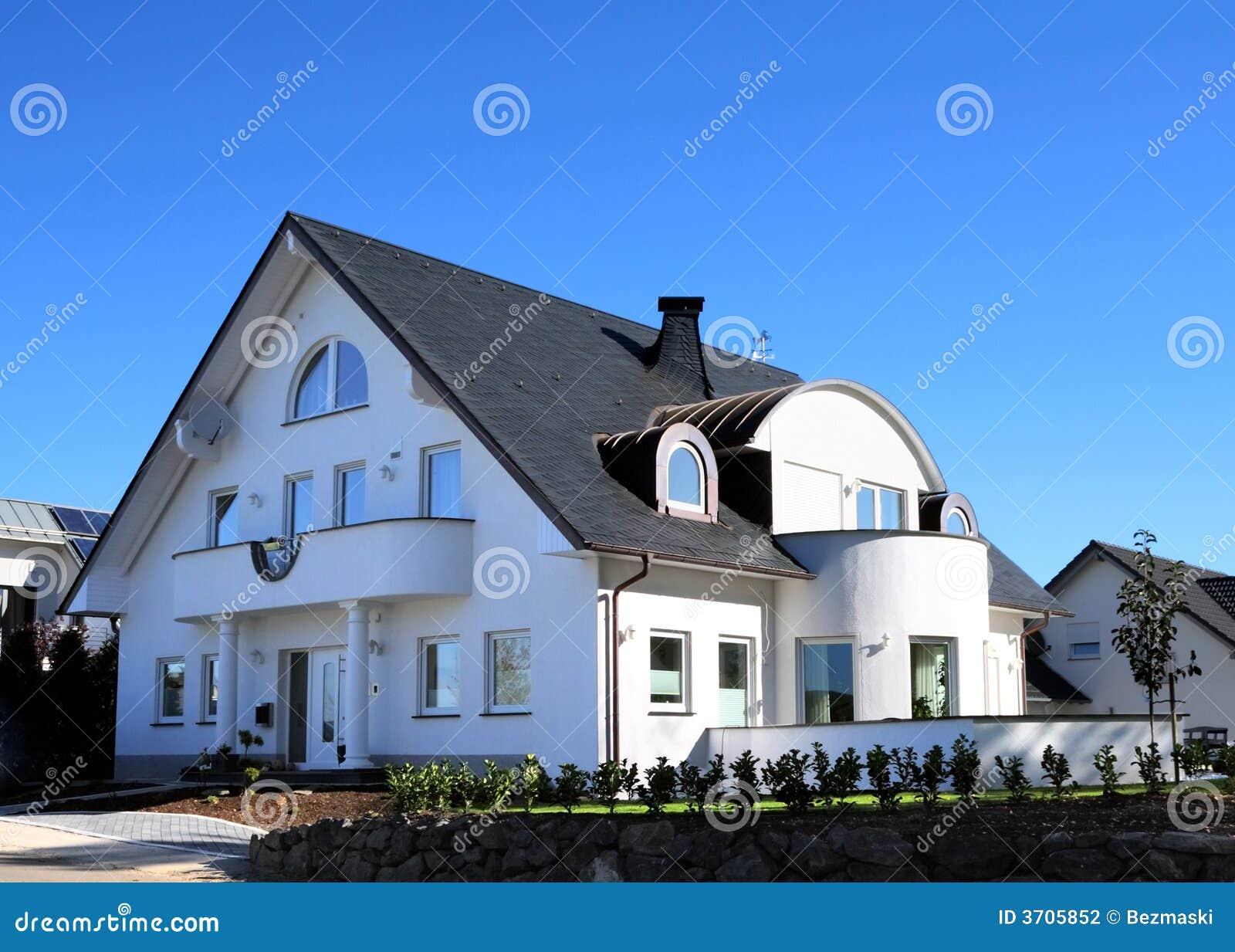 Casa moderna y cielo azul