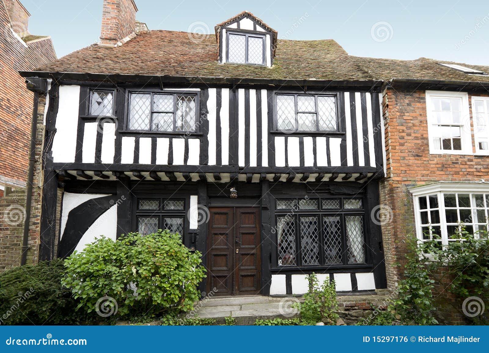 Casa molto vecchia di tudor fotografia stock immagine di for Progetti di casa tudor