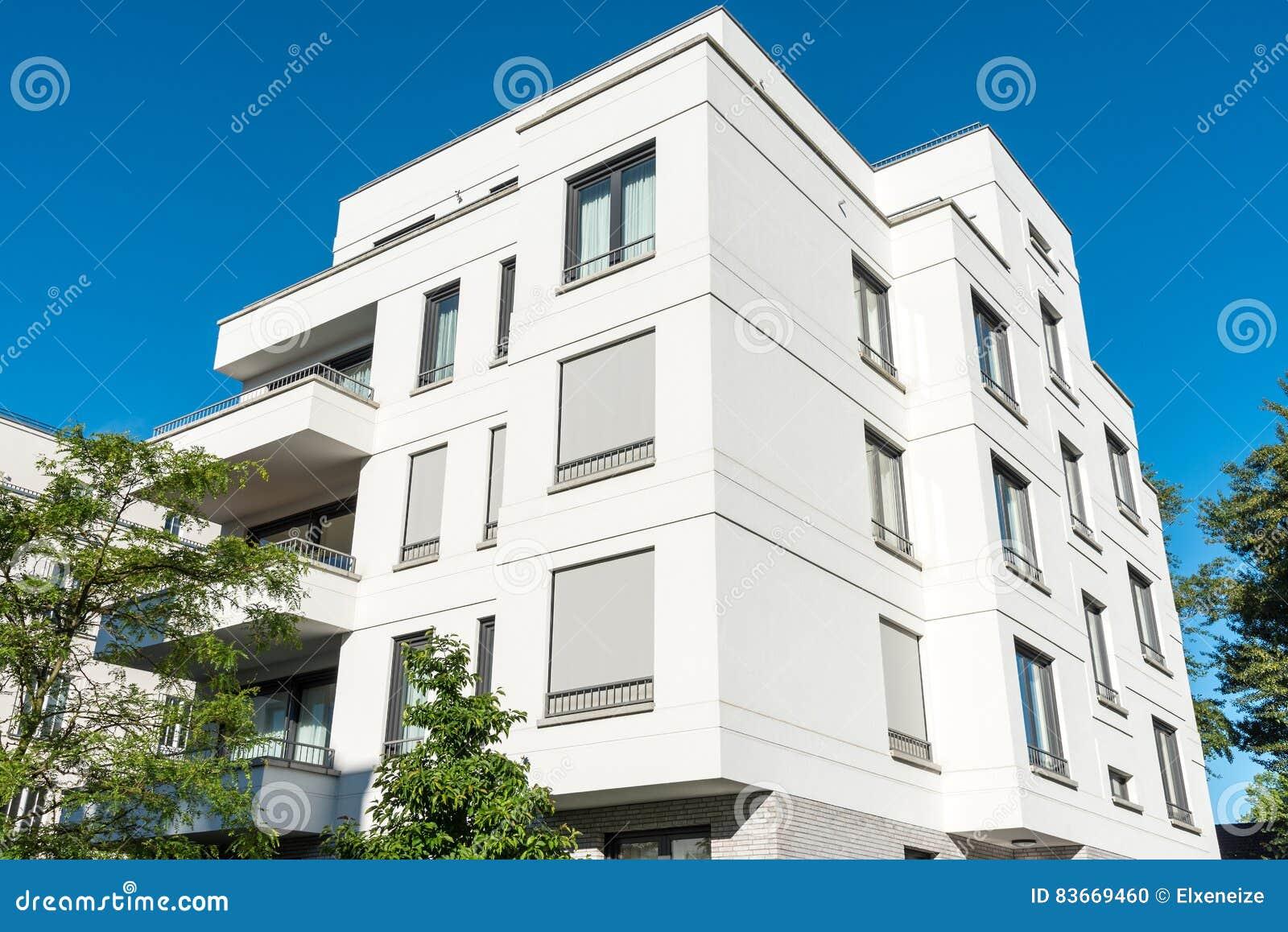 Casa multifamiliare moderna bianca fotografia stock for Casa moderna bianca