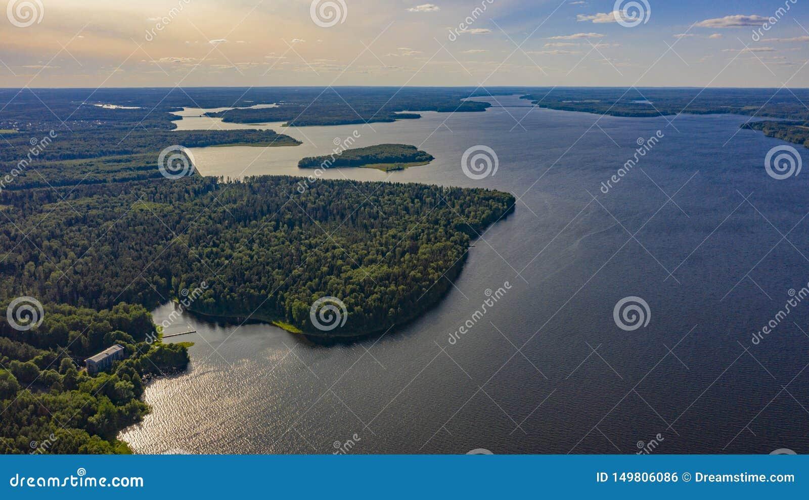 Casa na floresta perto do lago