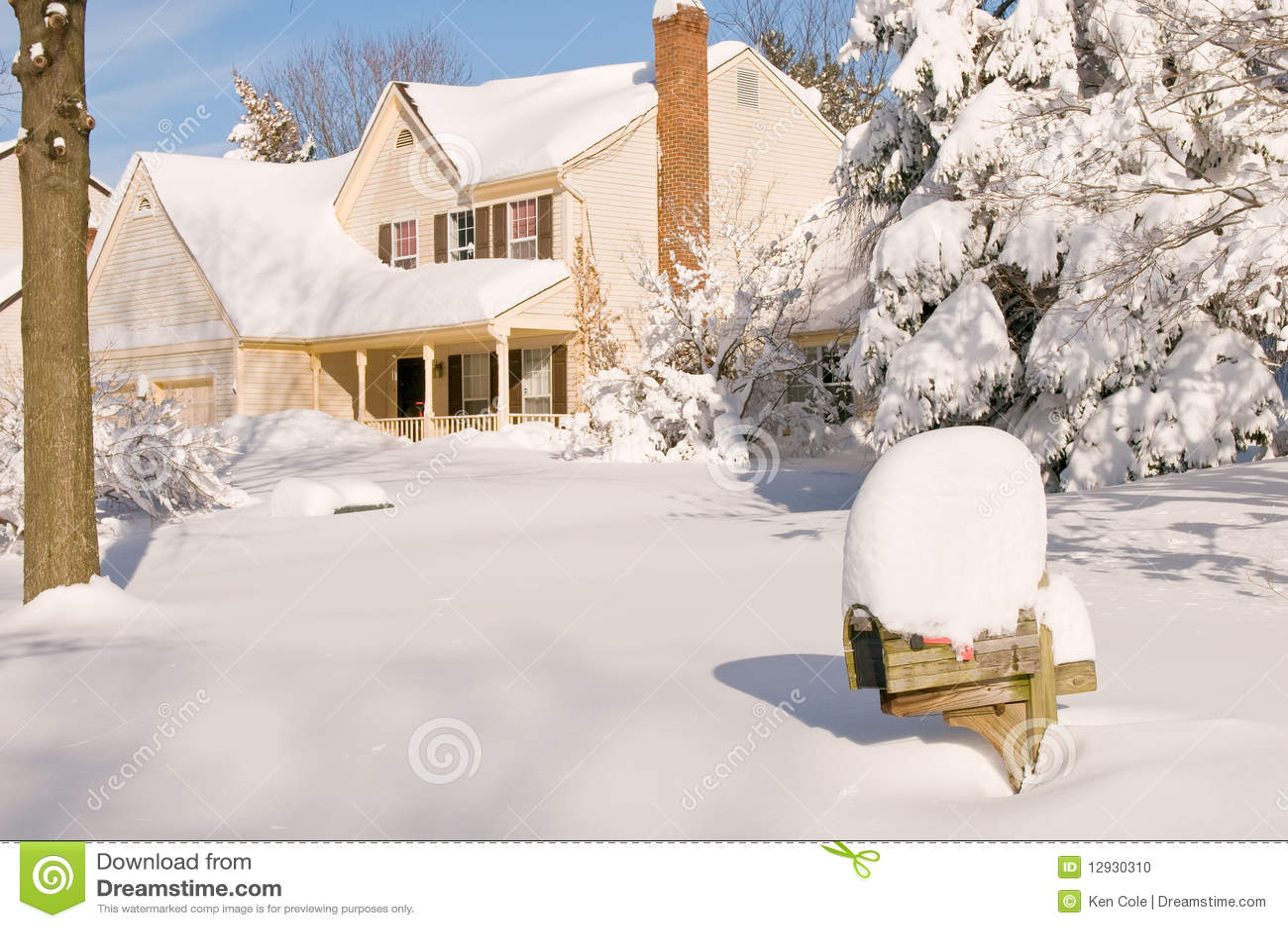 Casa na neve profunda do inverno