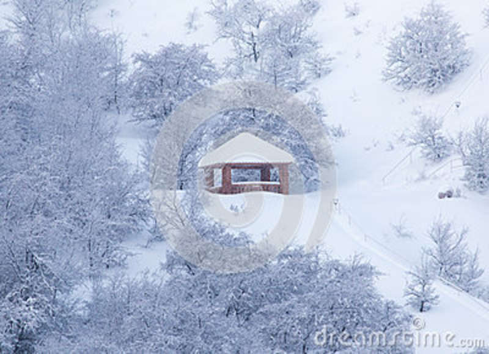 Casa nas montanhas no inverno