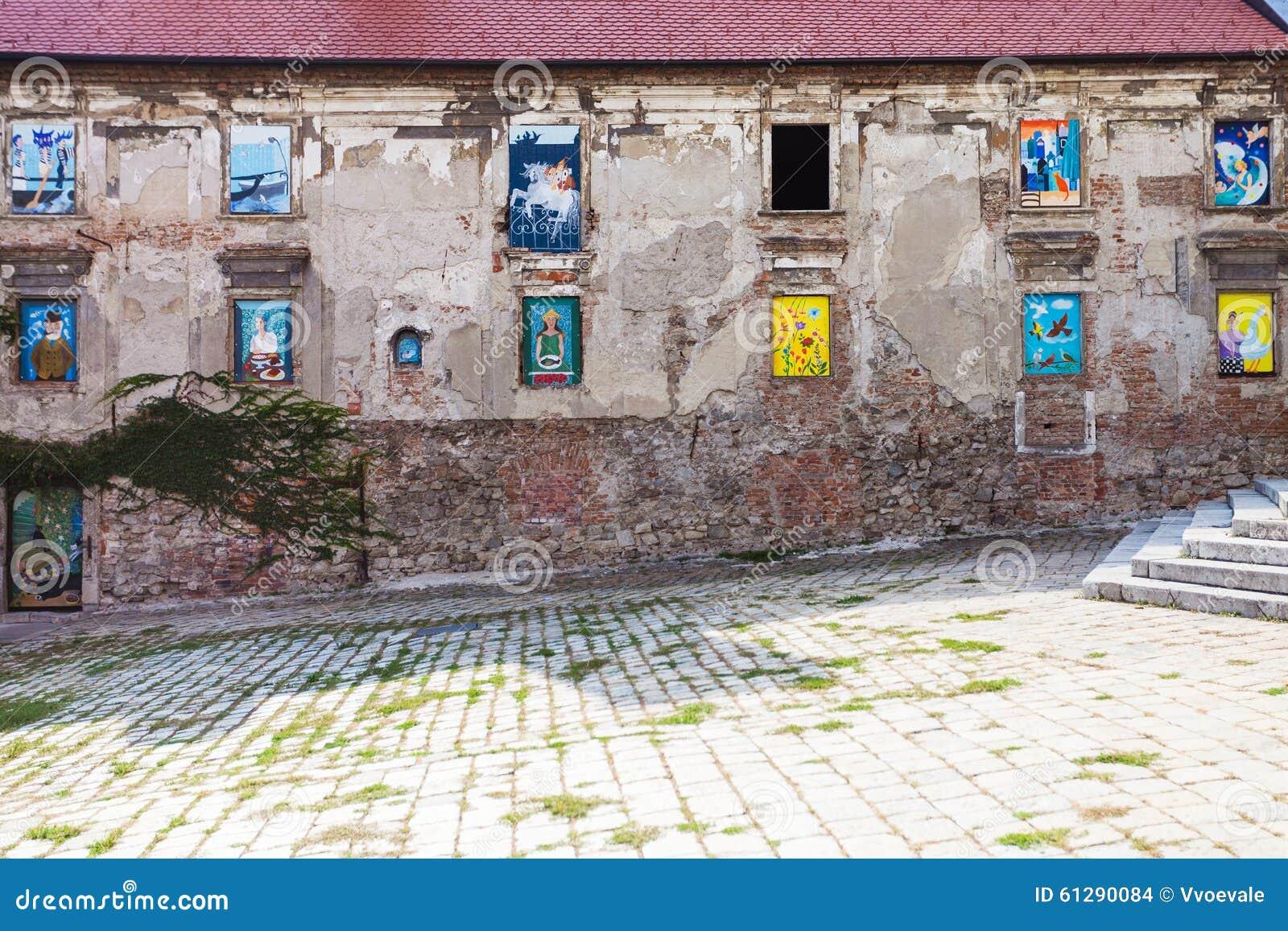 #23416A  murais nas janelas no namestie de Rudnayovo (quadrado) em Bratislava 1592 Vidros Nas Janelas