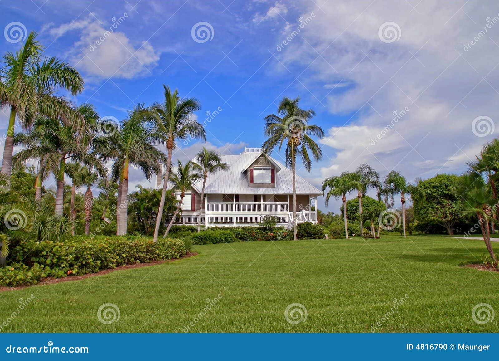 Casa nel paradiso tropicale con illuminazione di hdr fotografia