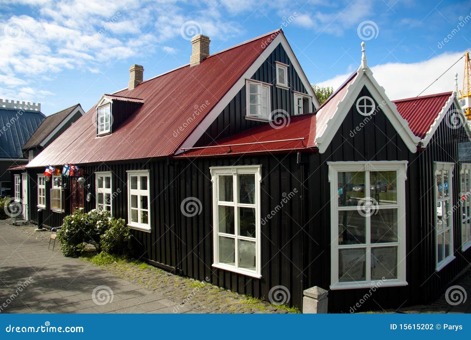 Casa nordica vecchia a reykjavik fotografia stock for Casette di legno in islanda reykjavik