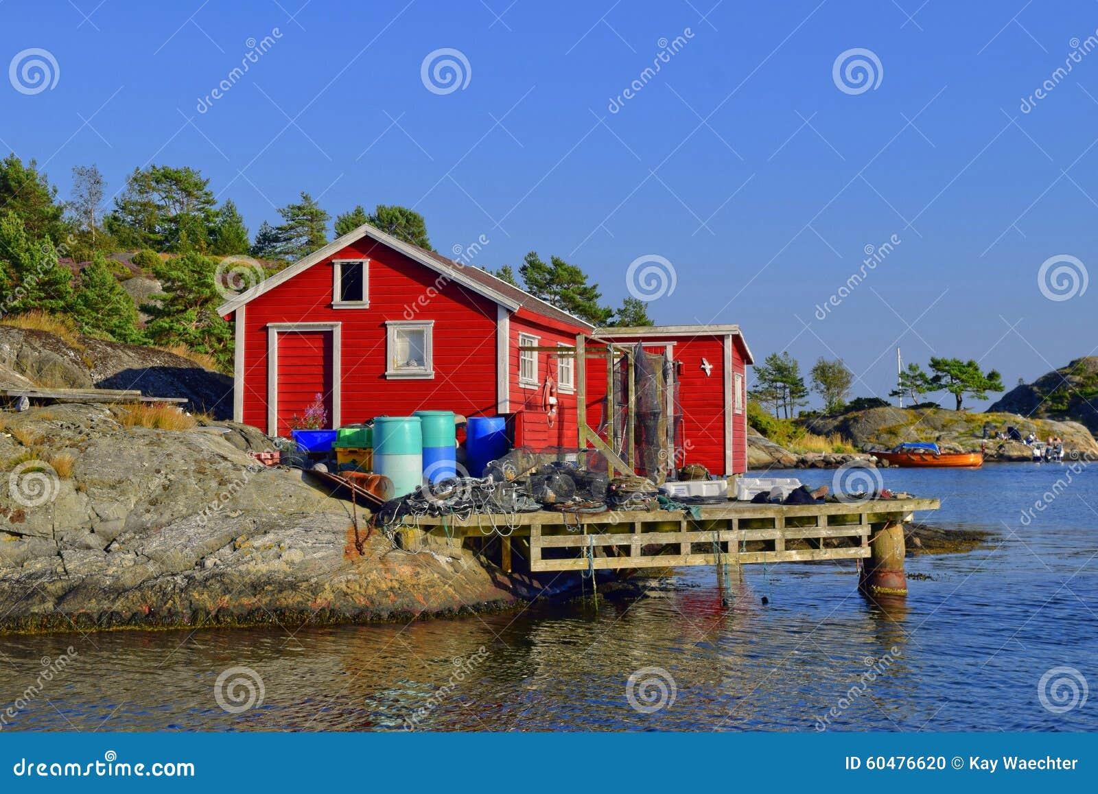 Casa norueguesa vermelha da pesca