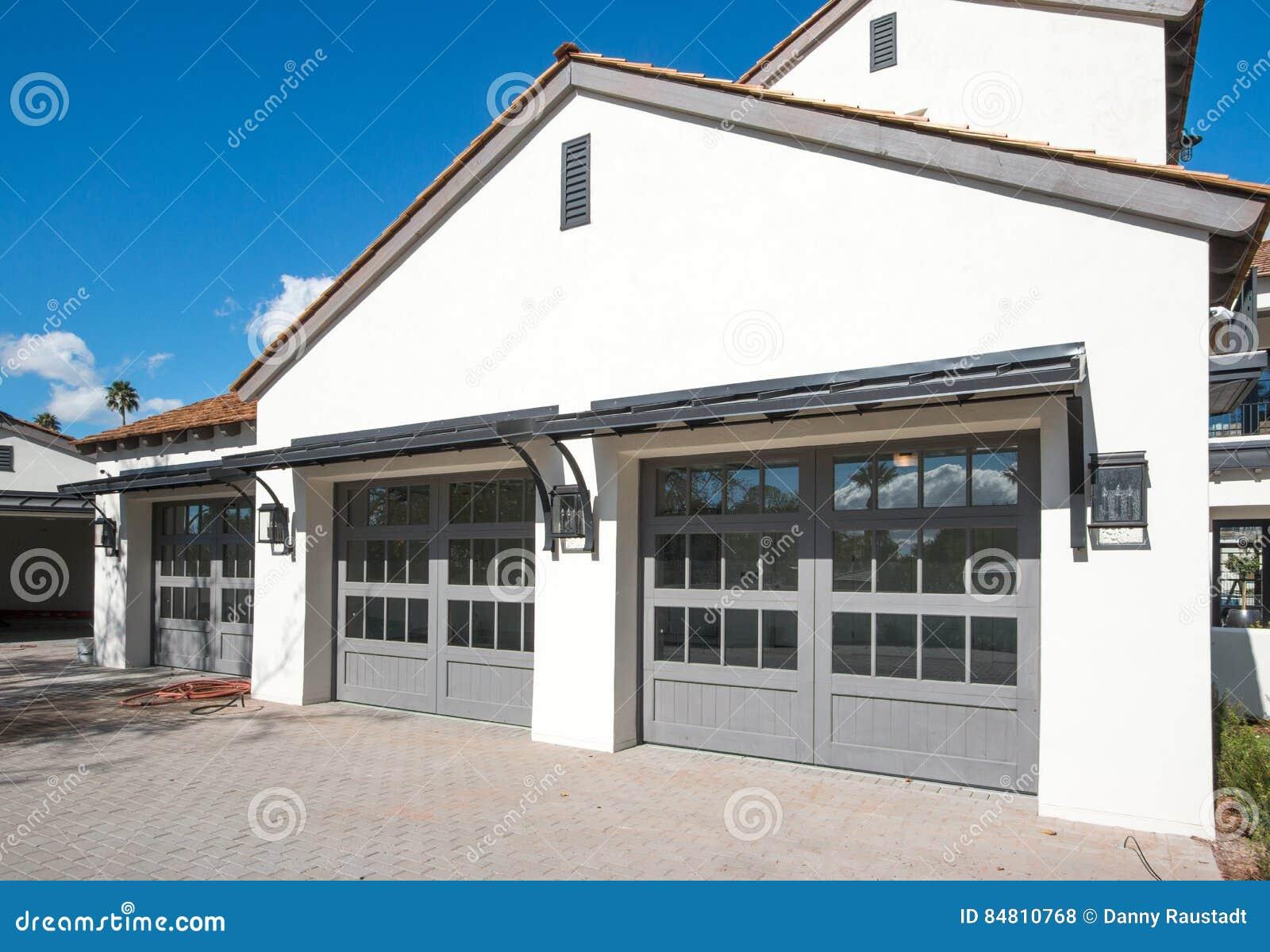 Casa nova com a garagem de quatro carros