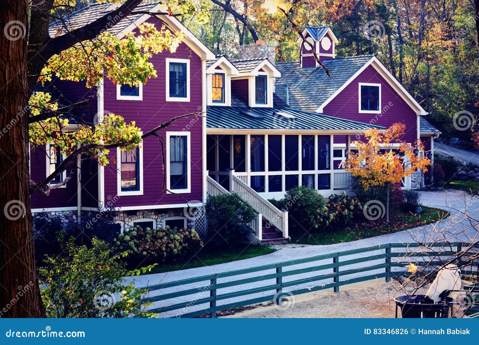 Casa púrpura de la granja en caída