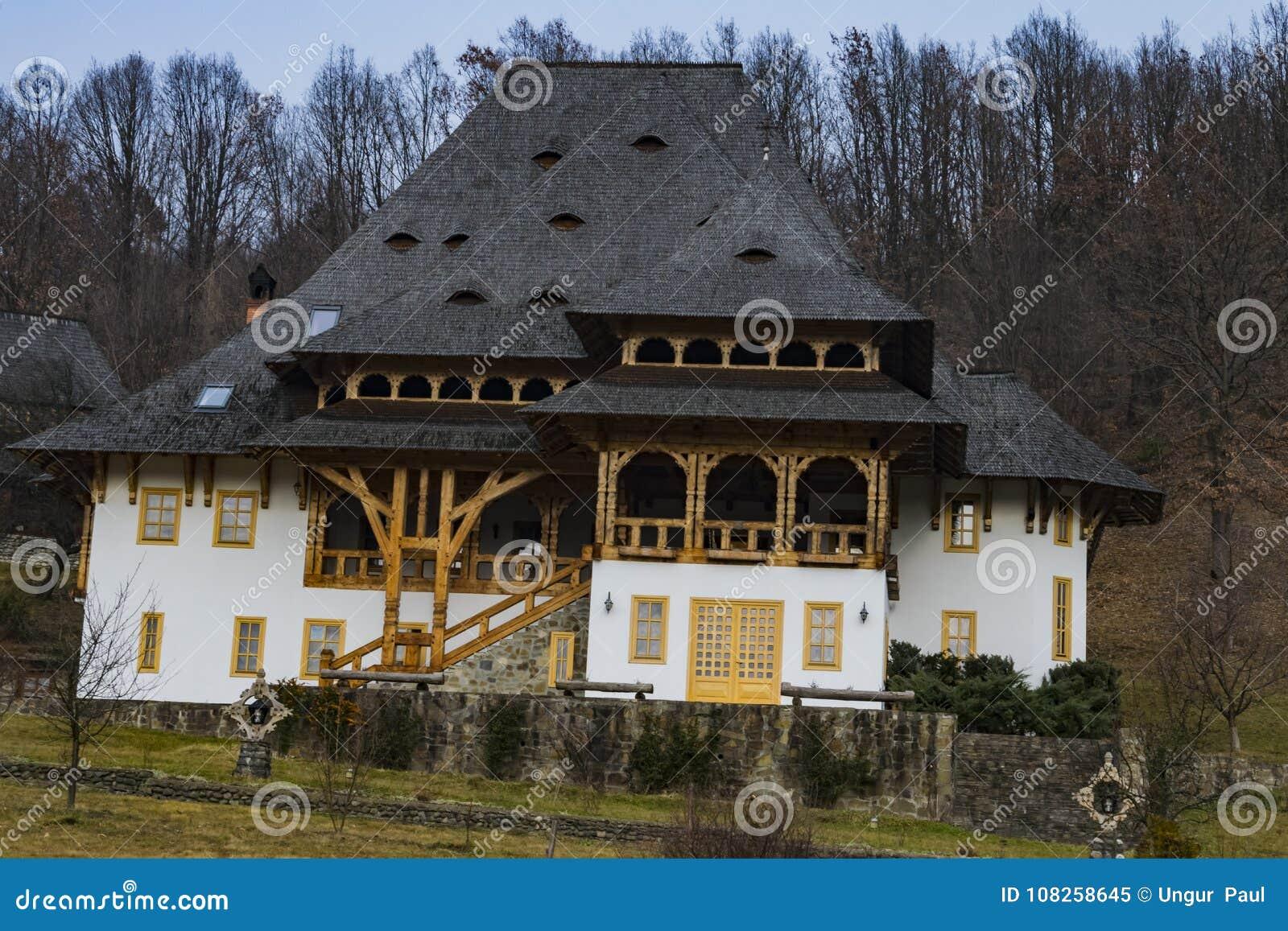 A casa principal do padre no monastério de Barsana