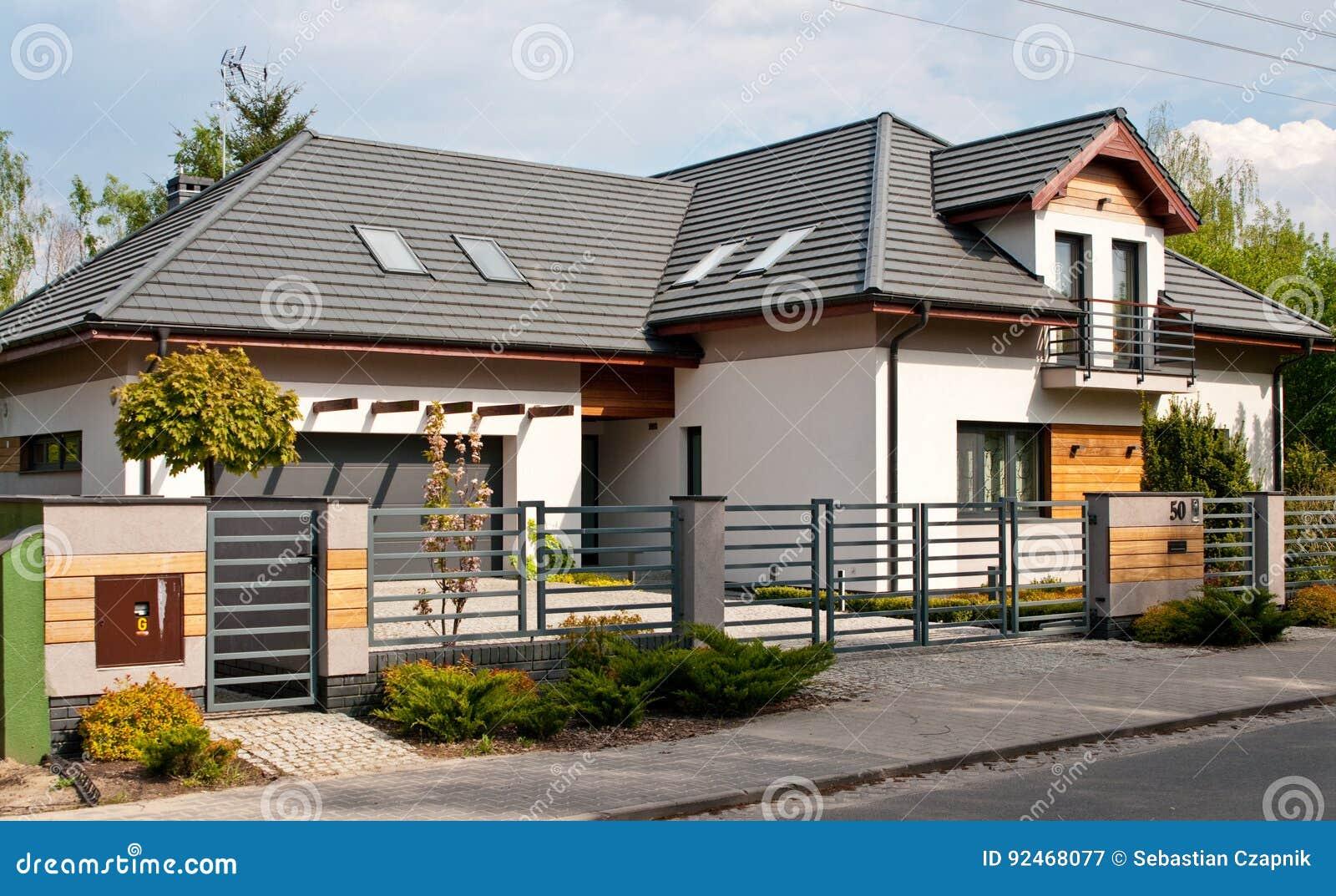 Casa privata moderna con il recinto d acciaio grigio delle barre orizzontali