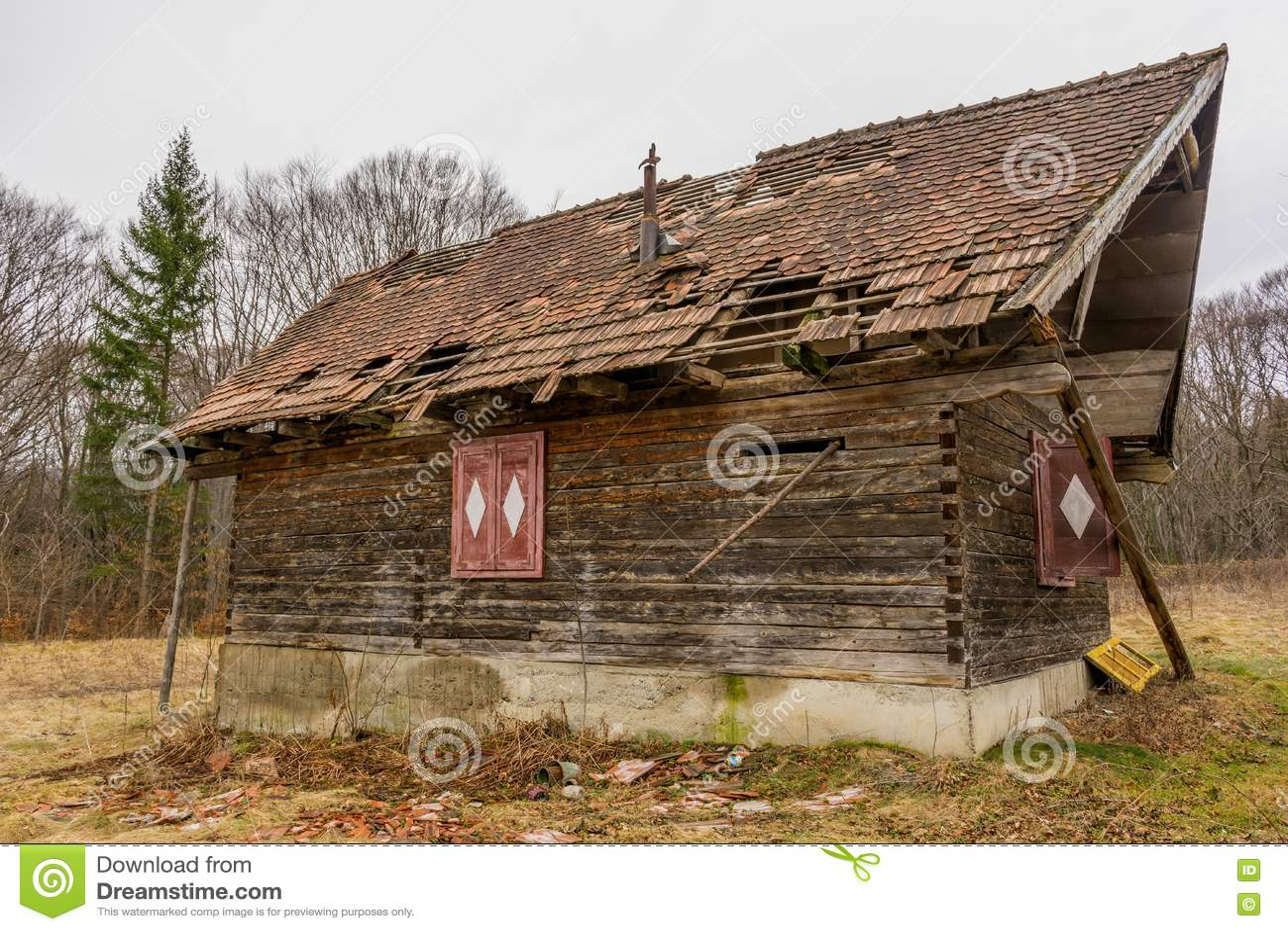 Casa que se derrumba de madera abandonada rural vieja foto - Casa rural de madera ...