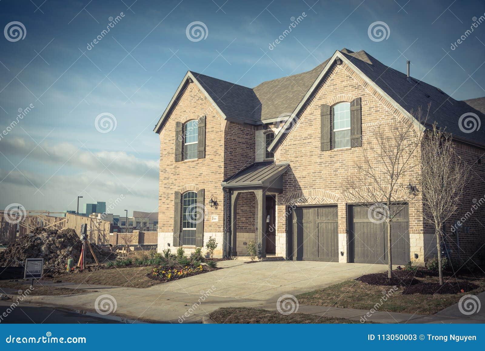 Casa residencial brandnew de duas histórias em Irving suburbano, Texas,