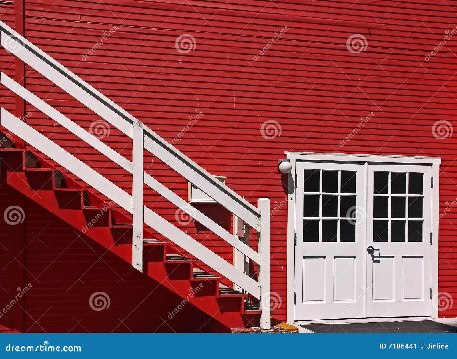 Casa roja exterior con las puertas y las escaleras blancas - Puertas blancas exterior ...