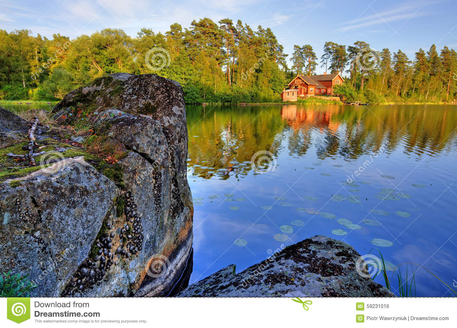 Casa roja y la roca del lago
